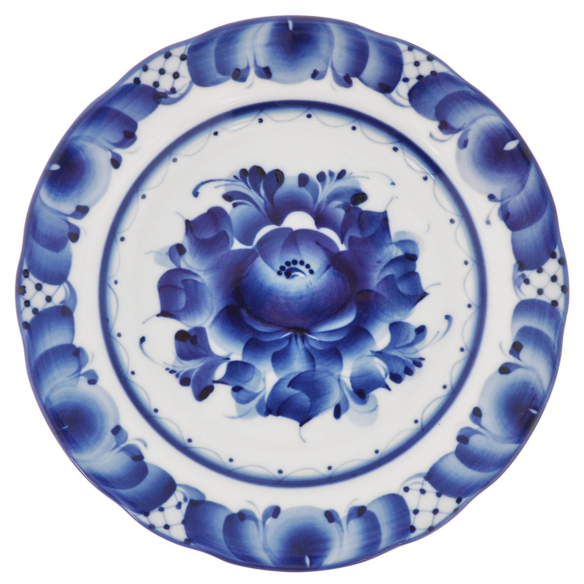 Тарелка для пирожков Дубок, диаметр 17,5 см993026461Тарелка для пирожков Дубок, изготовленная из высококачественной керамики, предназначена для красивой сервировки стола. Тарелка оформлена оригинальной гжельской росписью. Прекрасный дизайн изделия идеально подойдет для сервировки стола. Обращаем ваше внимание, что роспись на изделиях сделана вручную. Рисунок может немного отличаться от изображения на фотографии. Диаметр: 17,5 см. Высота тарелки: 2 см.