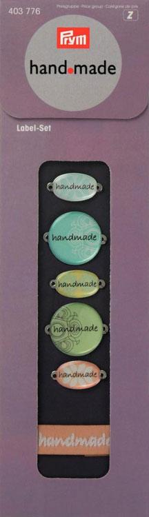Набор пришивных этикеток Prym Handmade, 10 шт403776Набор Prym Handmade, состоящий из 5 металлических и 5 тканых этикеток, предназначен для пришивания к одежде. Этикетки оснащены отверстиями для пришивания. Средний размер металлических этикеток: 2,5 см х 1,3 см. Размер тканых этикеток: 4 см х 1,4 см.