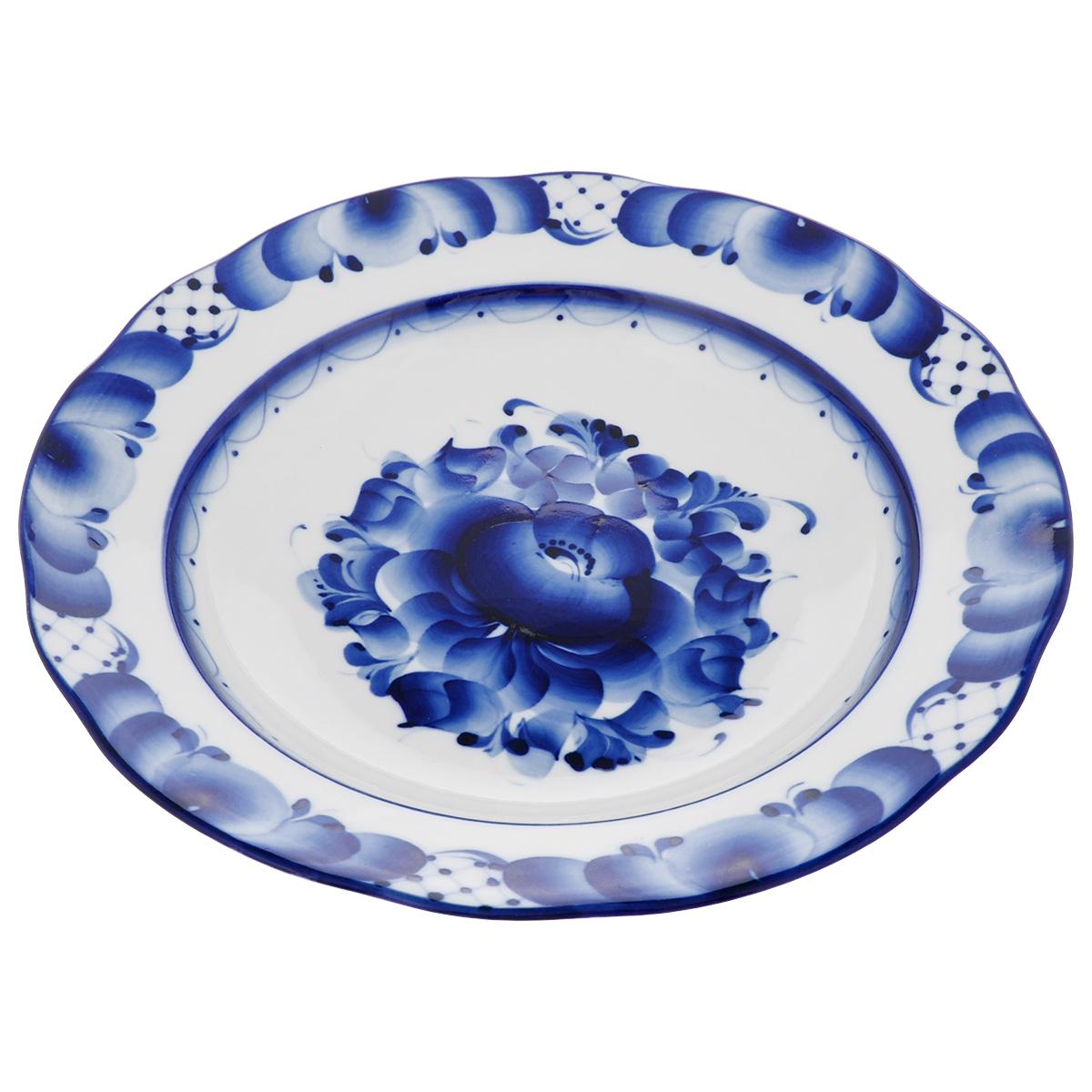 Тарелка суповая Дубок, цвет: синий, белый, диаметр 24 см993026431Тарелка суповая Дубок, изготовленная из высококачественного фарфора, предназначена для красивой сервировки стола. Тарелка оформлена оригинальной гжельской росписью. Диаметр: 24 см. Высота тарелки: 4,5 см.