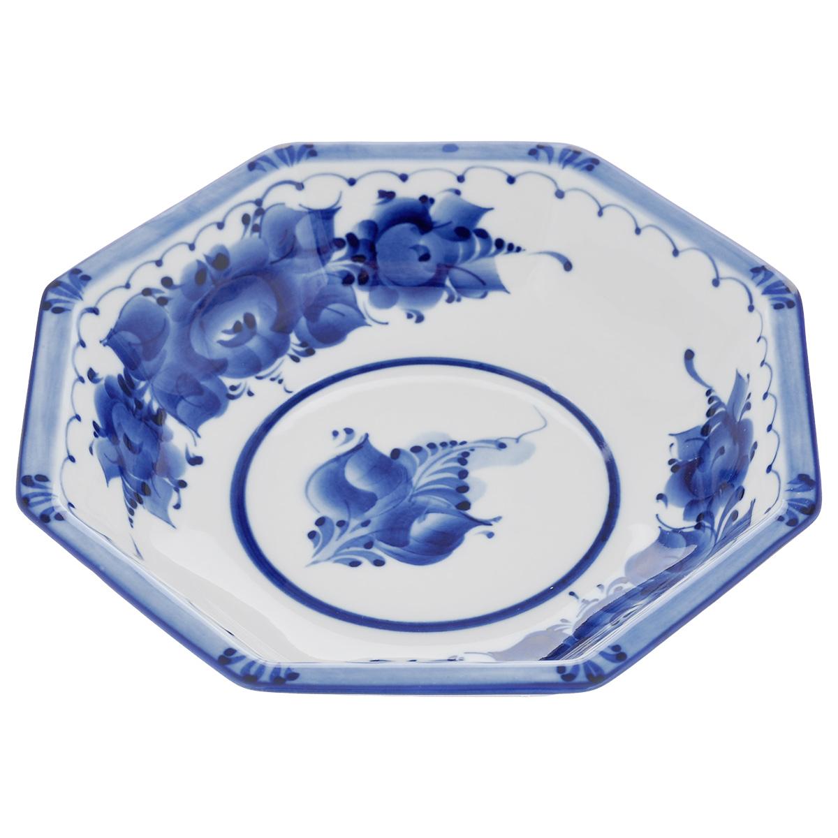 Салатник Европейский, цвет: белый, синий, 19 см х 19 см х 4 см993040131Салатник Европейский выполнен из высококачественного фарфора и декорирован росписью в технике гжель. Салатник сочетает в себе изысканный дизайн с максимальной функциональностью. Он прекрасно впишется в интерьер вашей кухни и станет достойным дополнением к кухонному инвентарю. Салатник не только украсит ваш кухонный стол и подчеркнет прекрасный вкус хозяйки, но и станет отличным подарком. Размер: 19 см х 19 см х 4 см.