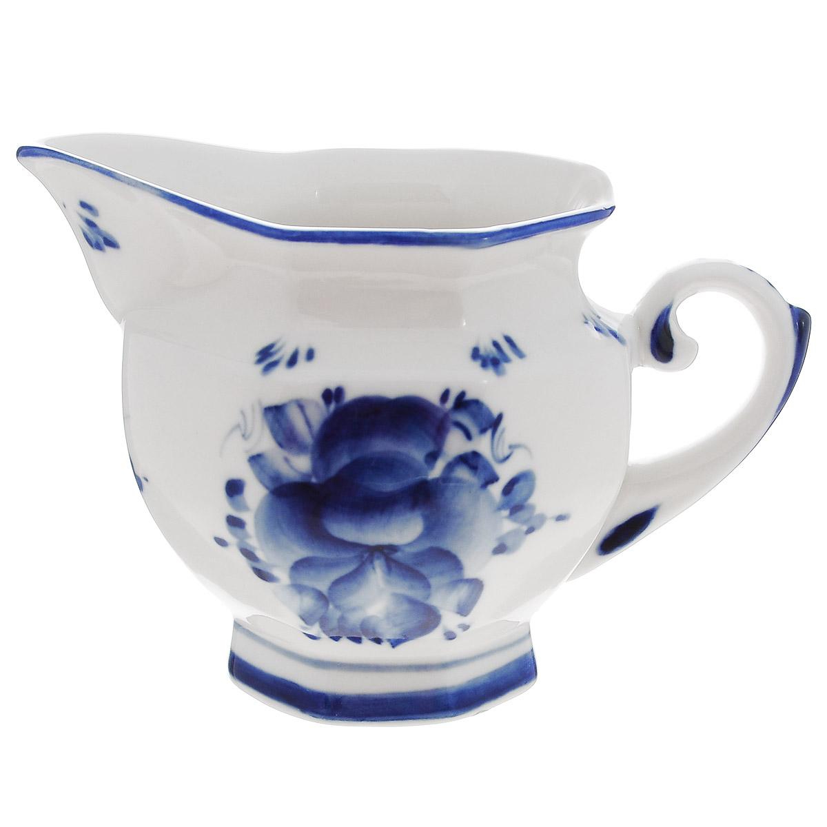 Молочник Гжельские узоры, цвет: белый, синий, 325 мл993004442Молочник Гжельские узоры изготовлен из высококачественной керамики и оформлен легкой росписью, которая сочетает простые линии и орнаменты с красивыми цветочными узорами. Изделие предназначено для подачи молока и сливок. Изящный дизайн молочника придется по вкусу и ценителям классики, и тем, кто предпочитает утонченность и изысканность. Гжель - один из традиционных российских центров производства керамики и известный народный художественный промысел России. Производят изделия в Московской области, в обширном районе из 27 деревень, называемых Гжельский куст. Профессиональные мастера сохраняют традиции росписи и создают истинные шедевры. Ей характерна изящная роспись в синих тонах на белом фоне. Традиционными считаются изображения птиц, цветов и узоров. Роспись на изделиях выполняется вручную. Каждое изделие уникально. Гжельская посуда никогда не выцветает и абсолютно безопасна для здоровья. На дне стоит клеймо Гжельского производства. ...