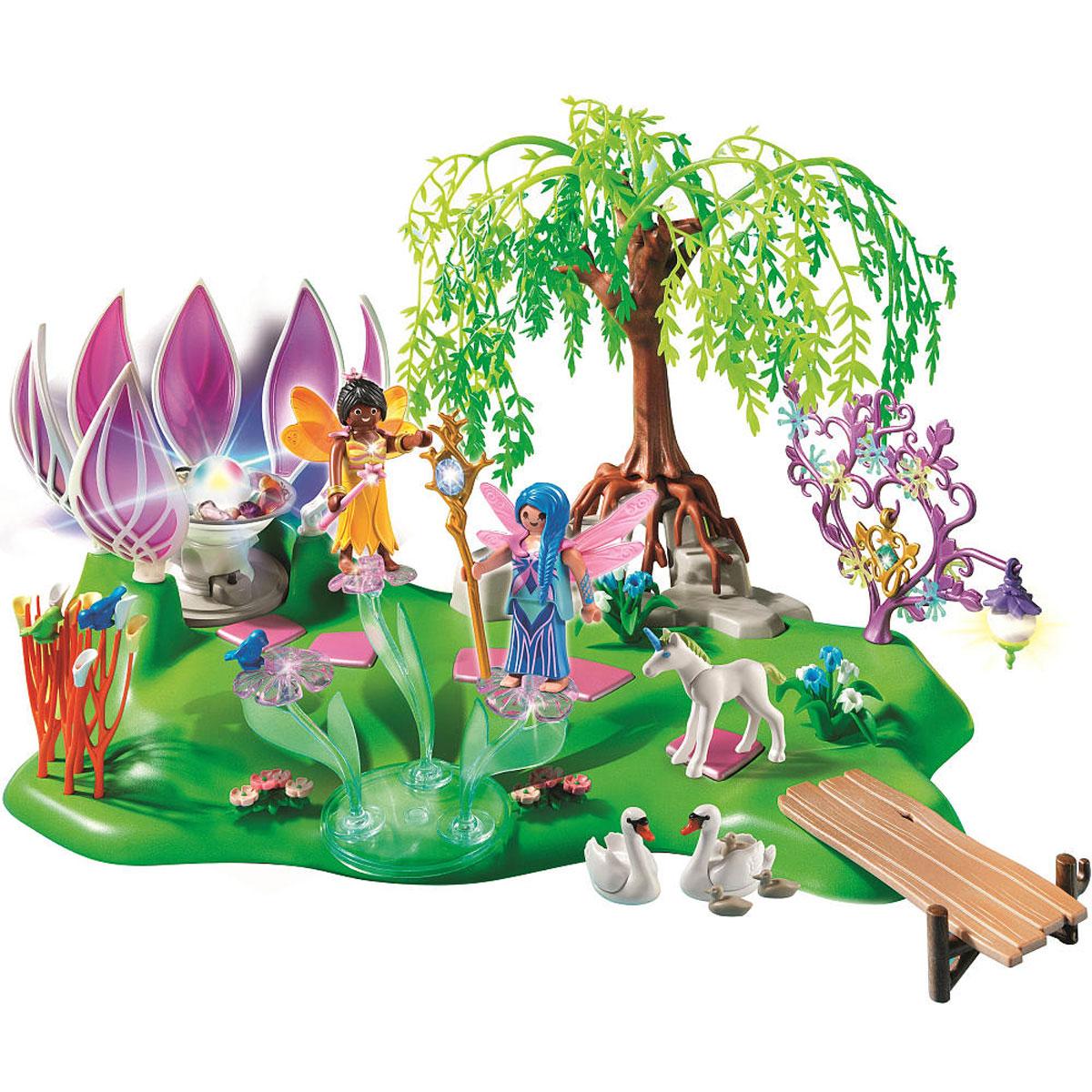 Playmobil Игровой набор Остров фей с волшебным жемчужным фонтаном5444pmИгровой набор Playmobil Остров фей с волшебным жемчужным фонтаном обязательно понравится вашему ребенку. Он выполнен из безопасного пластика и включает две фигурки в виде фей, фигурки в виде Пегаса, лебедей и птичек, площадку в виде уютного острова, кулон для малышки, подставку для драгоценностей в виде дерева и другие аксессуары для игры. У фей подвижные части тела; в руках они могут удерживать предметы. На сказочном острове прекрасные феи найдут все, что им необходимо для отдыха. В большом бутоне цветка спрятан источник волшебной энергии, который светится и переливается разными цветами. Лепестки источника подвижны. Феи просто обожают кататься на карусели из цветка. В этом лесу все волшебное: и животные, и растения, и даже фонарик. Он начинает светиться в темноте (батарейки не требуются). Вместе с феями резвятся единорог, лебеди и птички. Ваш ребенок с удовольствием будет играть с набором, придумывая волшебные истории. Рекомендуемый возраст: от 4 до 10 лет....