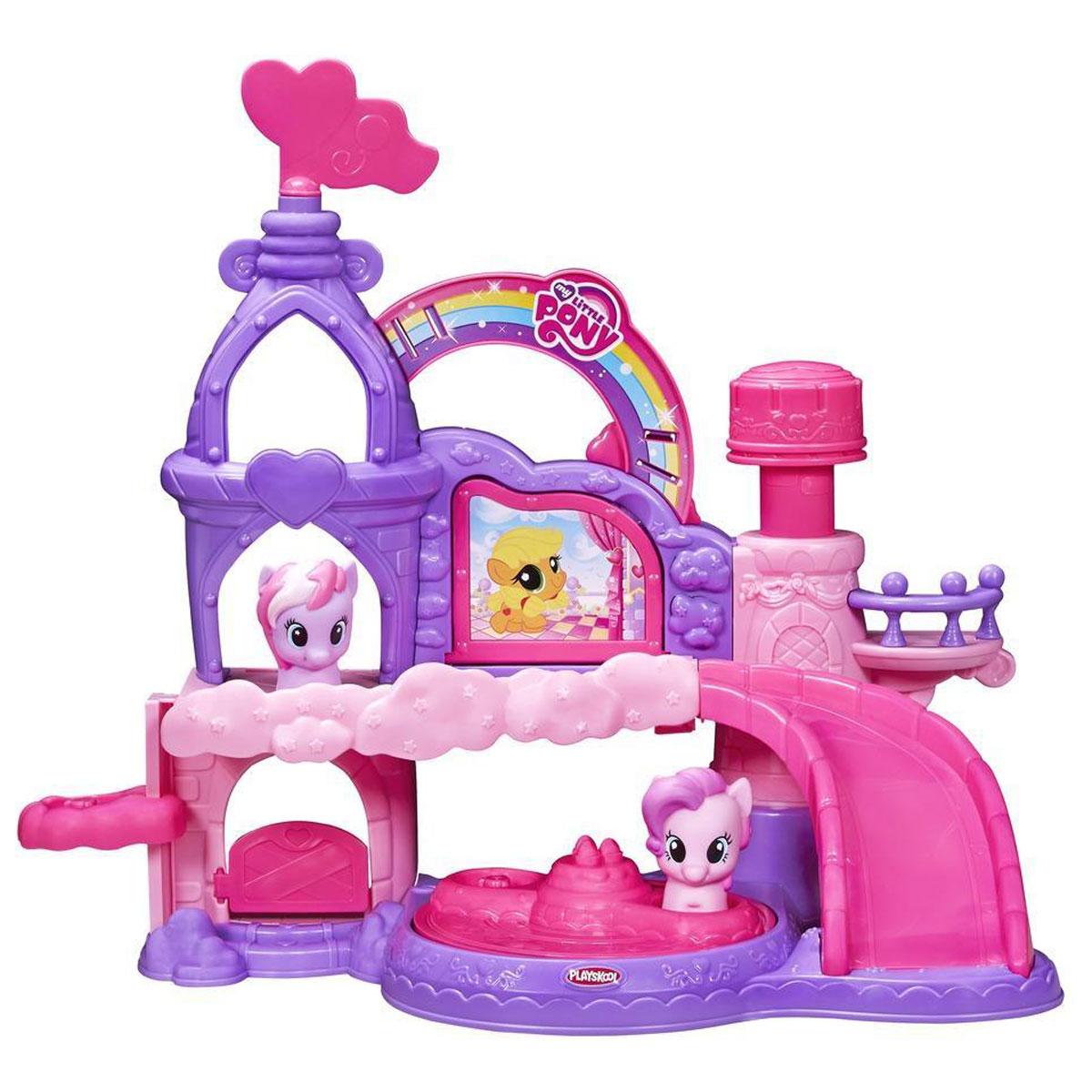 Playskool Игровой набор My Little Pony: Замок пониB1648Игровой набор Playskool My Little Pony: Замок пони создан специально для самых маленьких поклонниц симпатичных лошадок. Все элементы набора выполнены из безопасного и прочного материала. Замок имеет два этажа и много интересных элементов. Наверху есть башенки, балкончик, имеется большая кнопка, которая при нажатии активирует приятную мелодию. На башенке есть поворачивающийся флюгер. Также вашу малушку ждет открывающаяся стенка с нарисованной на ней пони Эплджек. Вниз на первый этаж спускается лесенка-горка, по которой малышке будет интересно катать пони. Другой способ поднимать - спускать фигурки на этажи - это лифт, находящийся сбоку. На первом этаже присутствует открывающаяся дверца и крутящаяся карусель. Поставив фигурки на нее, можно представлять как пони развлекаются в их прекрасном замке. Две фигурки пони, входящие в комплект: Пинки Пай и Стар Сонг. Поняшки очень удобны для захвата детскими пальчиками. Порадуйте ребенка таким замечательным подарком! ...