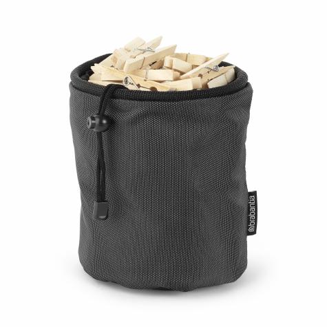 Мешок для прищепок Brabantia105760Мешок для прищепок Brabantia, изготовленный из высококачественного текстиля, позволит хранить все прищепки в одном месте, благодаря чему они всегда будут под рукой. Мешок вмещает до 150 прищепок и удобно крепится к уличной сушилке или на пояс. Прочный и долговечный мешок затягивается специальным шнуром, благодаря чему ваши прищепки всегда чистые и сухие.