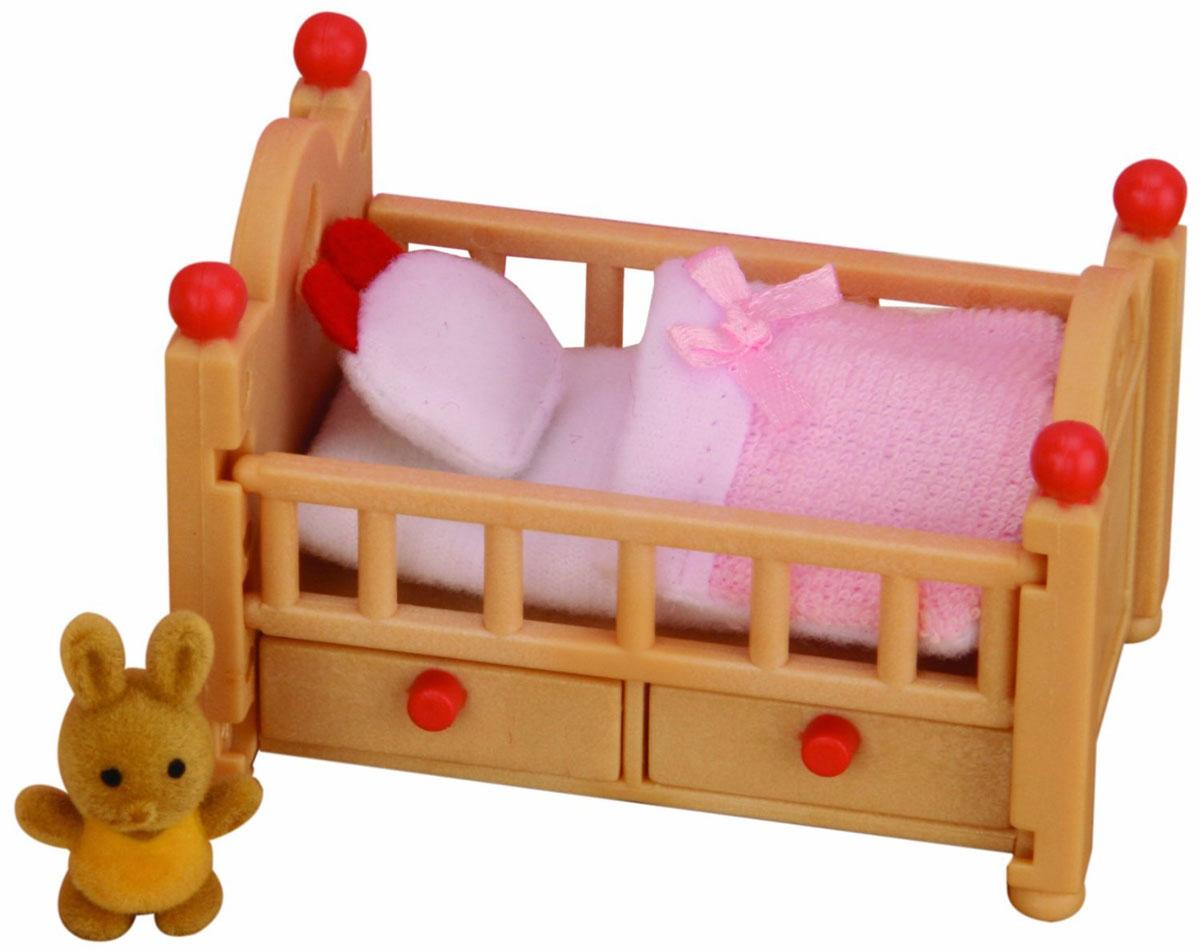 Sylvanian Families Игровой набор Детская кроватка2929Игровой набор Детская кроватка привлечет внимание вашего ребенка и станет отличным подарком для поклонников жителей чудесной страны Sylvanian Families. В комплект входит кроватка с ящичками, постельные принадлежности и игрушка. Компания была основана в 1985 году, в Японии. Sylvanian Families очень популярен в Европе и Азии, и, за долгие годы существования, компания смогла добиться больших успехов. 3 года подряд в Англии бренд Sylvanian Families был признан Игрушкой Года. Сегодня у героев Sylvanian Families есть собственное шоу, полнометражный мультфильм и сеть ресторанов, работающая по всей Японии. Sylvanian Families - это целый мир маленьких жителей, объединенных общей легендой. Жители страны Sylvanian Families - это кролики, белки, медведи, лисы и многие другие. У каждого из них есть дом, в котором есть все необходимое для счастливой жизни. В городе, где живут герои, есть школа, больница, рынок, пекарня, детский сад и множество других полезных...