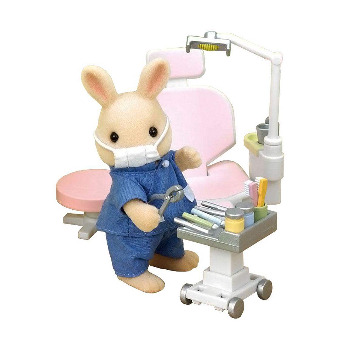 Sylvanian Families Игровой набор Кролик-стоматолог2817Игровой набор Sylvanian Families Кролик-стоматолог привлечет внимание вашей малышки и не позволит ей скучать. Набор включает в себя фигурку кролика, стоматологическое кресло, тележку, пуфик, а также медицинские инструменты и медикаменты. Фигурки выполнены из пластика и покрыты мягким приятным на ощупь флоком. Ваша малышка будет часами играть с набором, придумывая различные истории. Sylvanian Families - это целый мир маленьких жителей, объединенных общей легендой. Жители страны Sylvanian Families - это кролики, белки, медведи, лисы и многие другие. У каждого из них есть дом, в котором есть все необходимое для счастливой жизни. В городе, где живут герои, есть школа, больница, рынок, пекарня, детский сад и множество других полезных объектов. Жители этой страны живут семьями, в каждой из которой есть дети. В домах Sylvanian Families царит уют и гармония. Домашние животные радуют хозяев. Здесь продумана каждая мелочь, от одежды до мебели и...