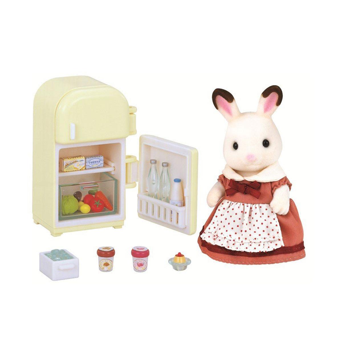 Sylvanian Families Набор фигурок Мама кролик и холодильник2202Игровой набор Мама кролик и холодильник привлечет внимание вашего ребенка и станет отличным подарком для поклонников жителей чудесной страны Sylvanian Families. В комплект входит фигурка кролика, холодильник и продукты. Компания была основана в 1985 году, в Японии. Sylvanian Families очень популярен в Европе и Азии, и, за долгие годы существования, компания смогла добиться больших успехов. 3 года подряд в Англии бренд Sylvanian Families был признан Игрушкой Года. Сегодня у героев Sylvanian Families есть собственное шоу, полнометражный мультфильм и сеть ресторанов, работающая по всей Японии. Sylvanian Families - это целый мир маленьких жителей, объединенных общей легендой. Жители страны Sylvanian Families - это кролики, белки, медведи, лисы и многие другие. У каждого из них есть дом, в котором есть все необходимое для счастливой жизни. В городе, где живут герои, есть школа, больница, рынок, пекарня, детский сад и множество других полезных...