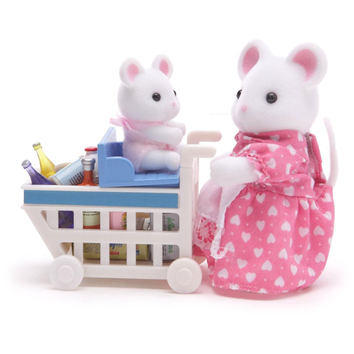 Sylvanian Families Набор фигурок Покупки в бакалее2401Игровой набор Sylvanian Families Покупки в бакалее привлечет внимание вашей малышки и не позволит ей скучать. Набор включает в себя фигурки мышки-мамы и мышки-малыша, тележку с сиденьем для крохи и продукты. Мышонка можно посадить в специальное сиденье, которое закрепляется на тележке. Оно двигается вперед и назад, поэтому мама-мышка без труда сможет уложить все продукты. Симпатичные фигурки мышек выполнены из пластика и покрыты мягким приятным на ощупь флоком. Ваша малышка будет часами играть с набором, придумывая различные истории. Характеристики: Материал: пластик, текстиль. Высота фигурки мышки: 8 см. Высота фигурки мышонка: 3,5 см. Уважаемые клиенты! Обращаем ваше внимание на возможные изменения в дизайне одежды фигурок. Поставка осуществляется в зависимости от наличия на складе. Дизайн самих фигурок и комплектация остаются неизменными.