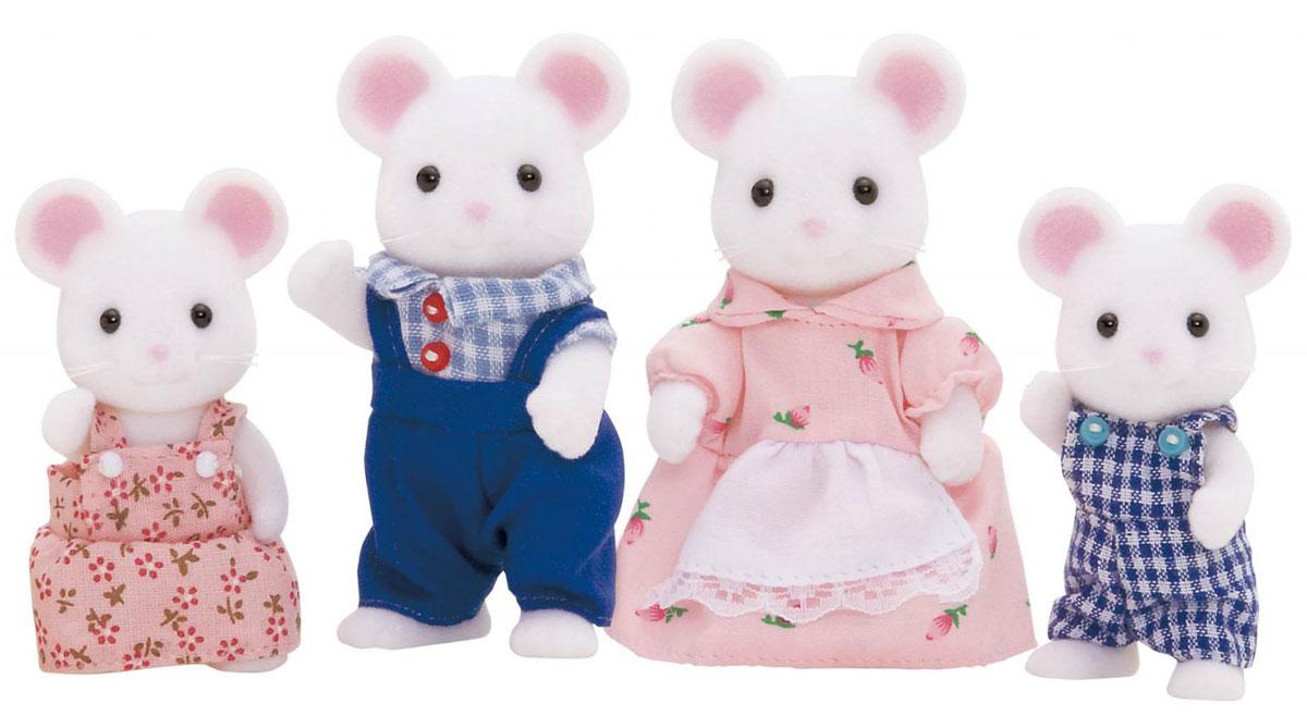 Sylvanian Families Набор фигурок Семья Белых Мышей3111Игровой набор Семья Белых Мышей состоит из четырех фигурок веселых мышек: мамы, папы, дочки и сына. Такая семья непременно понравится вашему малышу, и он сможет придумывать для них свои истории. Компания была основана в 1985 году, в Японии. Sylvanian Families очень популярен в Европе и Азии, и, за долгие годы существования, компания смогла добиться больших успехов. 3 года подряд в Англии бренд Sylvanian Families был признан Игрушкой Года. Сегодня у героев Sylvanian Families есть собственное шоу, полнометражный мультфильм и сеть ресторанов, работающая по всей Японии. А главным событием уходящего года стала премьера мюзикла. Sylvanian Families - это целый мир маленьких жителей, объединенных общей легендой. Жители страны Sylvanian Families - это кролики, белки, медведи, лисы и многие другие. У каждого из них есть дом, в котором есть все необходимое для счастливой жизни. В городе, где живут герои, есть школа, больница, рынок, пекарня, детский сад и...