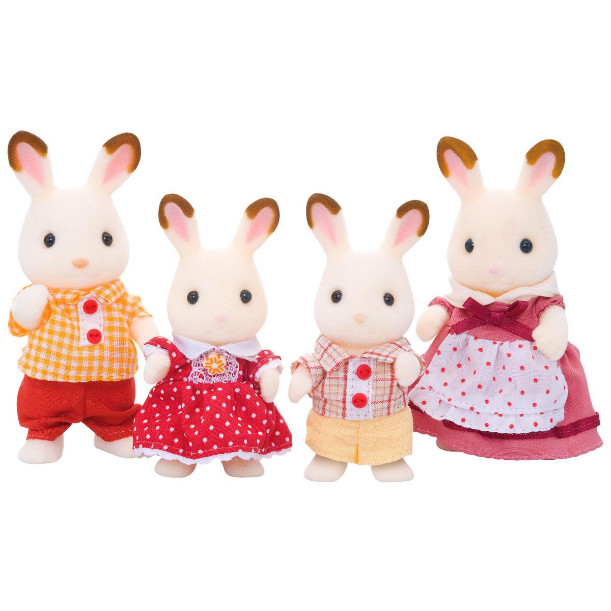 Sylvanian Families Набор фигурок Семья шоколадных кроликов3125Игровой набор Семья шоколадных кроликов состоит из четырех фигурок кроликов: мамы, папы, сына и дочки. Такая семья непременно понравится вашему малышу, и он сможет придумывать для них свои истории. Компания была основана в 1985 году, в Японии. Sylvanian Families очень популярен в Европе и Азии, и, за долгие годы существования, компания смогла добиться больших успехов. 3 года подряд в Англии бренд Sylvanian Families был признан Игрушкой Года. Сегодня у героев Sylvanian Families есть собственное шоу, полнометражный мультфильм и сеть ресторанов, работающая по всей Японии. А главным событием уходящего года стала премьера мюзикла. Sylvanian Families - это целый мир маленьких жителей, объединенных общей легендой. Жители страны Sylvanian Families - это кролики, белки, медведи, лисы и многие другие. У каждого из них есть дом, в котором есть все необходимое для счастливой жизни. В городе, где живут герои, есть школа, больница, рынок, пекарня, детский сад и...