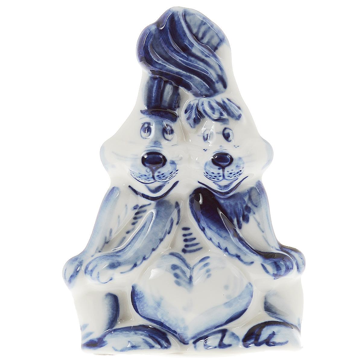 Скульптура Влюбленные зайчата, цвет: белый, синий, 11 см. 993150501993150501Скульптура Влюбленные зайчата, изготовленная из фарфора, доставит истинное удовольствие ценителям прекрасного. Изделие выполнено в виде двух зайчат и расписано вручную в стиле гжель. Яркий дизайн, несомненно, придется вам по вкусу. Скульптура Влюбленные зайчата украсит ваш дом, а также станет замечательным подарком к любому празднику. Размеры скульптуры: 7 см х 3,5 см х 11 см.