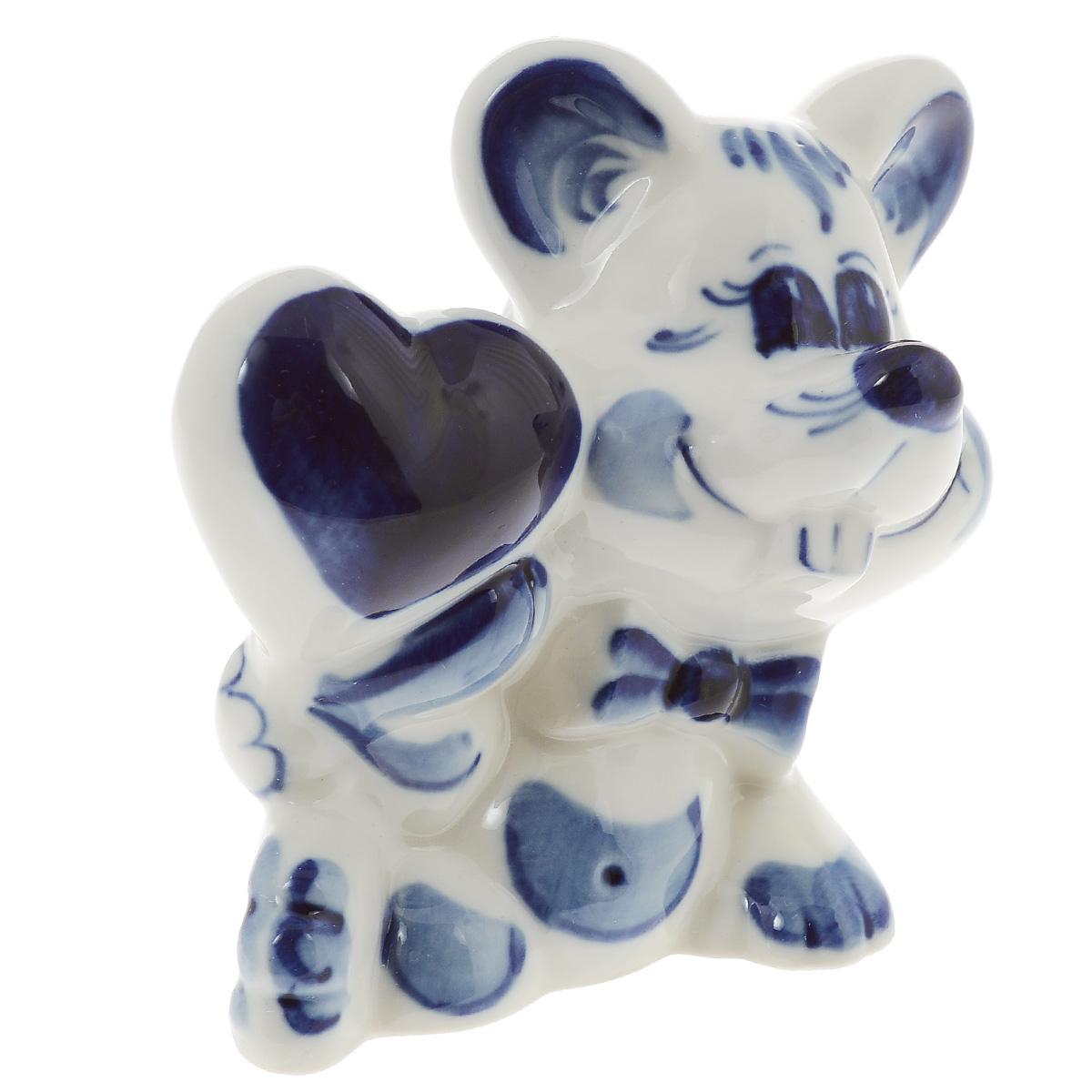 Скульптура Влюбленный мышонок, цвет: белый, синий, 8,5 см. 993134801993134801Скульптура Влюбленный мышонок, изготовленная из фарфора, доставит истинное удовольствие ценителям прекрасного. Изделие выполнено в виде милого мышонка с сердечком и расписано вручную в стиле гжель. Яркий дизайн, несомненно, придется вам по вкусу. Скульптура Влюбленный мышонок украсит ваш дом, а также станет замечательным подарком к любому празднику. Размеры скульптуры: 7 см х 5 см х 8,5 см.