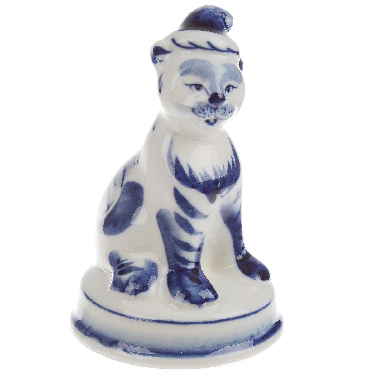 Статуэтка Веселый тигренок, цвет: белый, синий, высота 10,5 см993147701Очаровательная статуэтка Веселый тигренок станет оригинальным подарком для всех любителей красивых вещей. Она выполнена из фарфора в виде забавного тигренка и оформлена гжельской росписью. Изысканный сувенир станет прекрасным дополнением к интерьеру. Вы можете поставить статуэтку в любом месте, где она будет удачно смотреться, и радовать глаз.