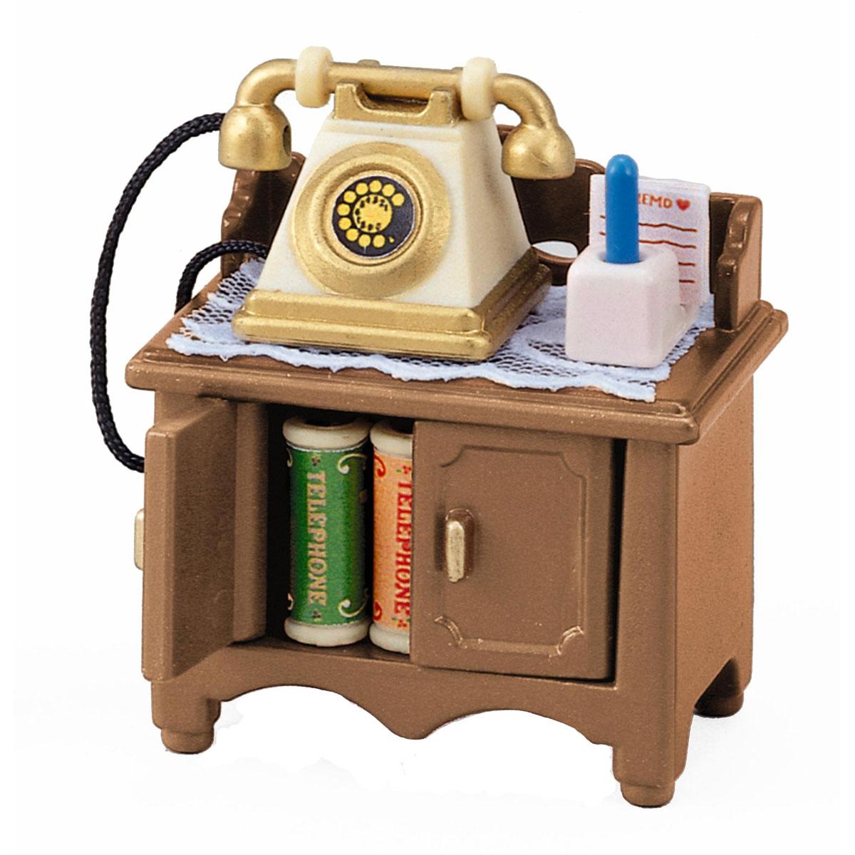 Sylvanian Families Игровой набор Телефон2935KИгровой набор Телефон привлечет внимание вашего ребенка и станет отличным подарком для поклонников жителей чудесной страны Sylvanian Families. В комплект входит телефон, столик, 2 книжки, салфетка, ежедневник, ручка с подставкой и рамка с календарем. Компания была основана в 1985 году, в Японии. Sylvanian Families очень популярен в Европе и Азии, и, за долгие годы существования, компания смогла добиться больших успехов. 3 года подряд в Англии бренд Sylvanian Families был признан Игрушкой Года. Сегодня у героев Sylvanian Families есть собственное шоу, полнометражный мультфильм и сеть ресторанов, работающая по всей Японии. Sylvanian Families - это целый мир маленьких жителей, объединенных общей легендой. Жители страны Sylvanian Families - это кролики, белки, медведи, лисы и многие другие. У каждого из них есть дом, в котором есть все необходимое для счастливой жизни. В городе, где живут герои, есть школа, больница, рынок, пекарня, детский сад...