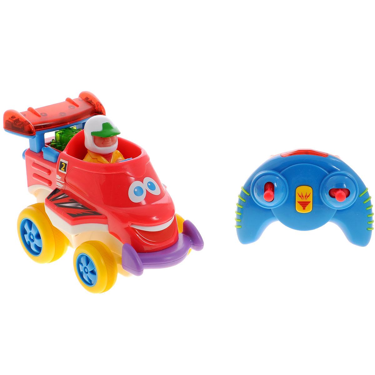 Kiddieland Развивающая игрушка Юный гонщикKID 041384Развивающая игрушка Kiddieland Юный гонщик со звуковыми и световыми эффектами обязательно понравится юному гонщику. Машинка работает в двух режимах: от пульта дистанционного управления и без него. При нажатии на рычажки пульта эта маленькая машинка будет двигаться вперед, назад, поворачивать влево и вправо, на кнопку сигнала - раздается характерный звук. Если нажать на фигурку водителя или на руль, раздадутся звуки мотора. Пульт удобно держать в маленьких ручках. Игрушка развивает мелкую моторику, мышление, зрительное и звуковое восприятие, повышает двигательную активность малышей. Рекомендуемый возраст: от 18 месяцев. Питание: 4 батарейки типа АА, 3 батарейки типа ААА (входят в комплект).