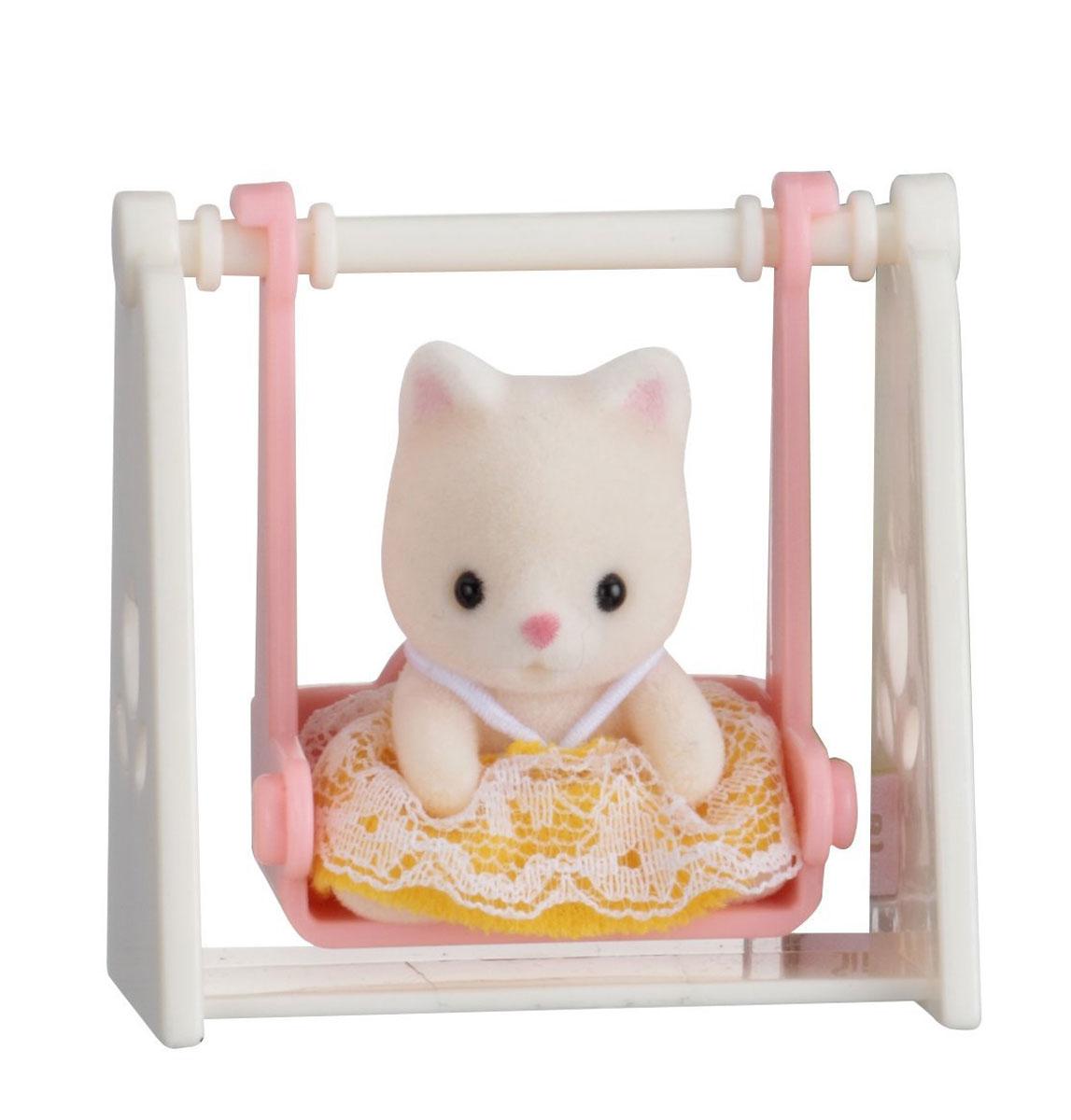 Sylvanian Families Фигурка Малыш котенок на качелях5201Славная фигурка Sylvanian Families Малыш котенок на качелях сможет прекрасно дополнить коллекцию Sylvanian Families. Кошечка одета в прелестное желтое платье с кружевами. Платьице легко снимается с игрушки, ребенок сможет одеть кошечку в любой наряд. К фигурке прилагаются чудесные розовые качели, на которых персонаж очень любит качаться. Все элементы выполнены с невероятной тщательностью из безопасных материалов. Компания Sylvanian Families была основана в 1985 году, в Японии. Sylvanian Families очень популярна в Европе и Азии и, за долгие годы существования, компания смогла добиться больших успехов. 3 года подряд в Англии бренд Sylvanian Families был признан Игрушкой Года. Сегодня у героев Sylvanian Families есть собственное шоу, полнометражный мультфильм и сеть ресторанов, работающая по всей Японии. Sylvanian Families - это целый мир маленьких жителей, объединенных общей легендой. Жители страны Sylvanian Families - это кролики,...