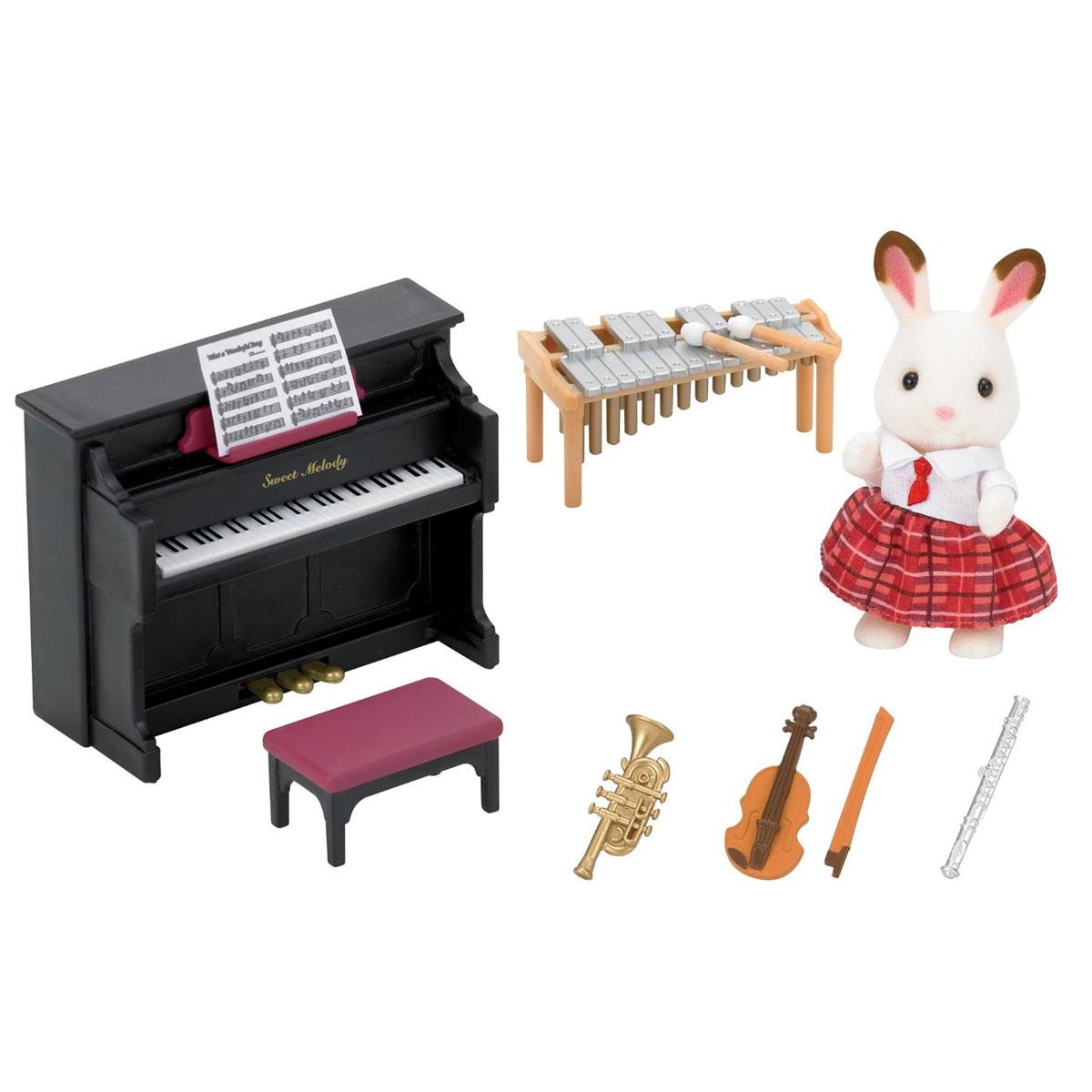 Sylvanian Families Игровой набор Школьный оркестр5106Игровой набор Sylvanian Families Школьный оркестр станет самой интересной игрушкой для вашего ребенка. Ведь он тщательным образом продуман до мелочей. Здесь можно увидеть кролика Марию в школьной форме, скрипку со смычком, трубу, фортепиано, барабан, флейту и ноты. Это все настолько интересно и реалистично, что ребенок будет чувствовать себя, как будто он находится в настоящей музыкальной школе. Все детали набора выполнены из высококачественных и нетоксичных материалов. Этот прекрасный набор отлично подходит для ролевых и сюжетных игр. Компания Sylvanian Families была основана в 1985 году, в Японии. Sylvanian Families очень популярна в Европе и Азии и, за долгие годы существования, компания смогла добиться больших успехов. 3 года подряд в Англии бренд Sylvanian Families был признан Игрушкой Года. Сегодня у героев Sylvanian Families есть собственное шоу, полнометражный мультфильм и сеть ресторанов, работающая по всей Японии. Sylvanian Families - это целый мир...