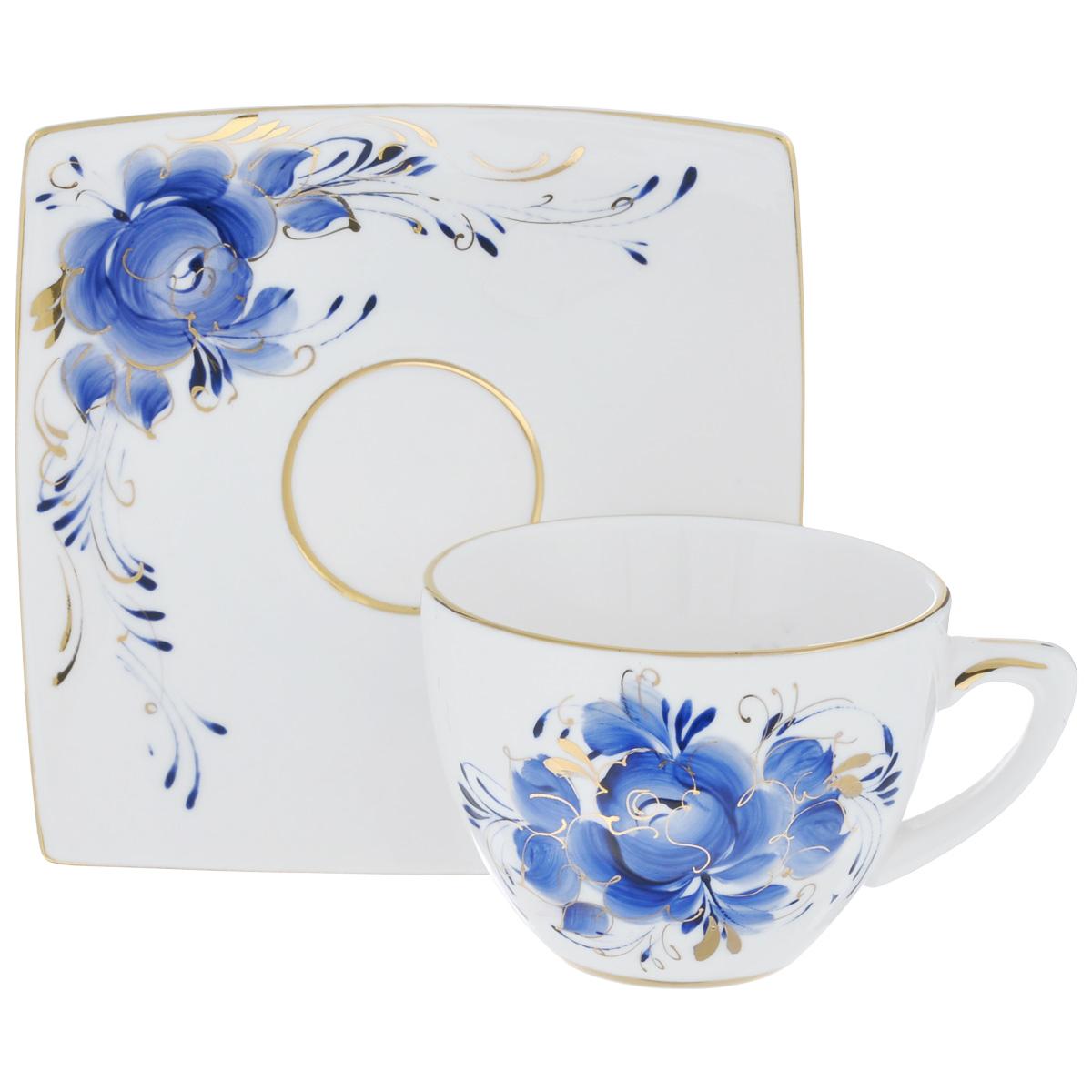 Чайная пара Лиза, цвет: белый, синий, золотой, 2 предмета. 995161310995161310Чайная пара Лиза состоит из чашки и блюдца, изготовленных из фарфора белого цвета, и расписаны вручную. Яркий дизайн, несомненно, придется вам по вкусу. Чайная пара Лиза украсит ваш кухонный стол, а также станет замечательным подарком к любому празднику. Не применять абразивные чистящие средства. Не использовать в микроволновой печи. Мыть с применением нейтральных моющих средств. Не рекомендуется использовать в посудомоечных машинах. Объем чашки: 200 мл. Диаметр чашки по верхнему краю: 8,5 см. Диаметр основания: 4 см. Высота чашки: 6 см. Размеры блюдца: 13,5 см х 13,5 см.