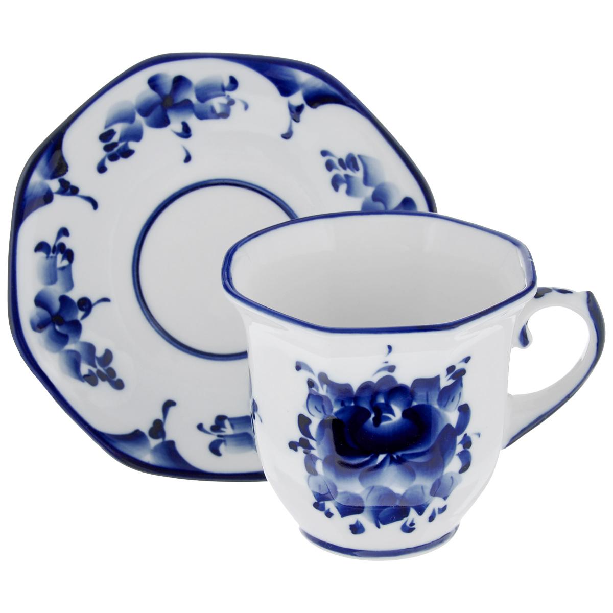 Чайная пара Граненая, цвет: белый, синий, 2 предмета. 993066411993066411Чайная пара Граненая состоит из чашки и блюдца, изготовленных из фарфора белого цвета, и расписаны вручную. Яркий дизайн, несомненно, придется вам по вкусу. Чайная пара Граненая украсит ваш кухонный стол, а также станет замечательным подарком к любому празднику. Не применять абразивные чистящие средства. Не использовать в микроволновой печи. Мыть с применением нейтральных моющих средств. Не рекомендуется использовать в посудомоечных машинах. Объем чашки: 300 мл. Диаметр чашки по верхнему краю: 10 см. Диаметр основания: 5 см. Высота чашки: 8,5 см. Диаметр блюдца: 15 см.
