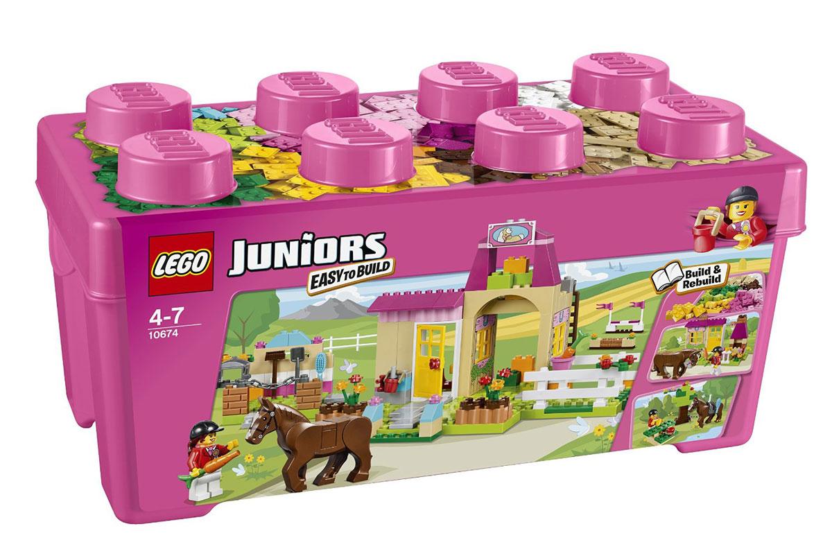 LEGO Juniors Конструктор Пони на ферме 1067410674На ферме, где живет пони, всегда много работы. Садитесь в седло и приготовьтесь перепрыгивать через цветные барьеры. После тренировки лошадку надо еще и почистить, чтобы она выглядела холеной и красивой. В этом ярком фиолетово-розовом наборе есть все, что нужно ребенку для начала знакомства с конструктором LEGO. Набор также будет прекрасным подарком. Постройте из набора дом с садом и камином или место для пикника со скамейкой для отдыха, столиком и деревом. Набор включает в себя 306 элементов для сборки конструктора, а также минифигурки девочки и ее пони. Конструктор - это один из самых увлекательнейших и веселых способов времяпрепровождения. Ребенок сможет часами играть с конструктором, придумывая различные ситуации и истории.