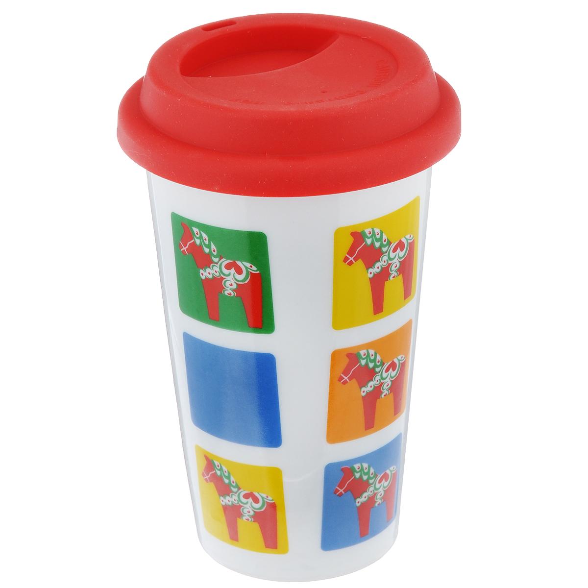Термокружка Sagaform Cafe с силиконовой крышкой, цвет: белый, синий, желтый, 305 мл5016401Термокружка Sagaform Cafe изготовлена из фарфора и оснащена плотно закрывающейся силиконовой крышкой. Внешние стенки кружки оформлены ярким рисунком. На крышке имеется специальная прорезь для питья, благодаря чему кружку можно брать с собой в дорогу или на прогулку. Толстые стенки и плотно прилегающая крышка позволят вашему напитку дольше оставаться горячим. Можно мыть в посудомоечной машине и использовать в СВЧ-печах. Объем: 305 мл. Высота кружки (без учета крышки): 13,5 см. Диаметр кружки: 9 см.