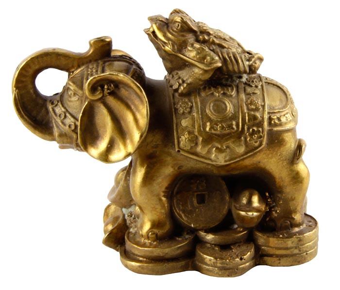 Статуэтка Денежный слон. Металл, прочеканка. Китай, вторая половина XX векаПБ ДПА 16082016-8Статуэтка Денежный слон. Металл, прочеканка. Китай, вторая половина XX века. Высота 7 см, длина 8 см, ширина 5,5 см. Сохранность хорошая. По фэн-шуй, слон это символ, приносящий семейную удачу, благополучие детей и матерей. Часто статуэтку слона ставят, когда хотят зачать ребенка или когда ребенок растет непослушным и капризным. Также считается, что слон оберегает детей от болезней и несчастных случаев. Слоны, держащие хобот вверх приносят финансовую удачу. Отличный подарок для поклонников фэн-шуй!