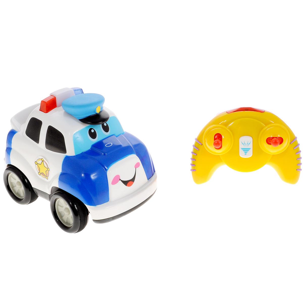 Kiddieland Развивающая игрушка Полицейский автомобильKID 042994Развивающая игрушка Kiddieland Полицейский автомобиль со световыми и звуковыми эффектами обязательно понравится малышу. Эта яркая забавная игрушка на радиоуправлении в виде полицейской машинки привлечет внимание любого мальчишки, ведь она издает разные звуки и мигает огоньками. Если нажать на кнопочку в виде фуражки, то машинка замигают огоньки и будет слышен звук мотора. Игрушка развивает мелкую моторику, мышление, зрительное и звуковое восприятие, повышает двигательную активность малышей. Рекомендуемый возраст: от 18 месяцев. Питание: 4 батарейки типа АА, 3 батарейки типа ААА (входят в комплект).