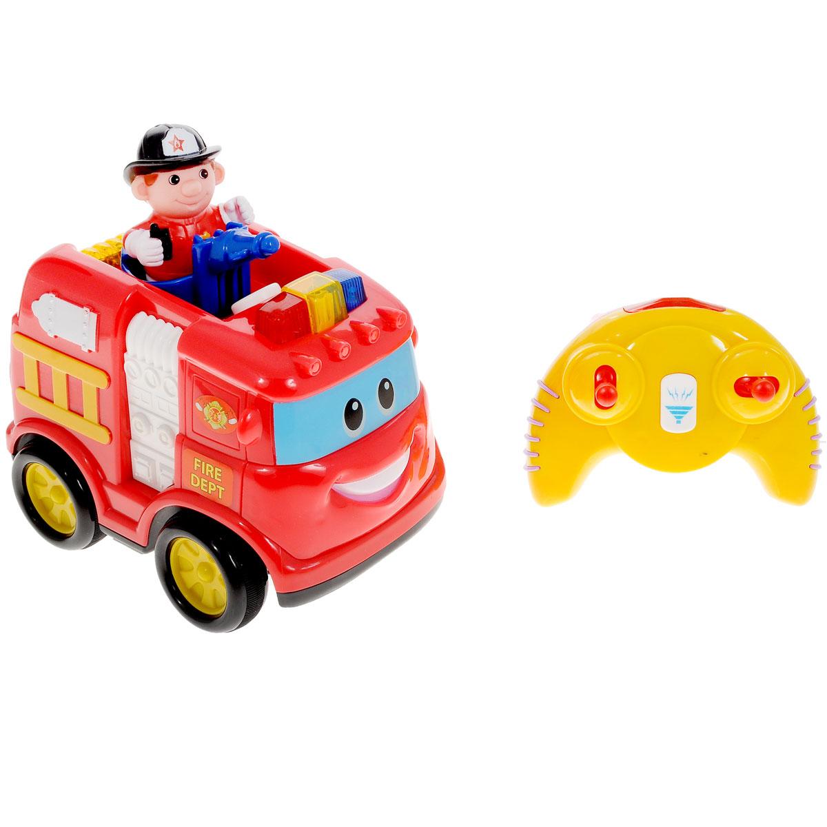Kiddieland Развивающая игрушка Пожарная машина. KID 042929KID 042929Развивающая игрушка Kiddieland Пожарная машина обязательно понравится малышу. Эта яркая забавная игрушка на пульте дистанционного управления привлечет внимание любого мальчишки, ведь она издает разные звуки и мигает огоньками, двигается вперед, назад, влево и вправо. На кабине машины есть несколько кнопок, нажимая которые можно услышать рев мотора и пожарную сирену. Игрушка развивает мелкую моторику, мышление, зрительное и звуковое восприятие, повышает двигательную активность малышей. Рекомендуемый возраст: от 18 месяцев. Питание: 4 батарейки типа АА, 3 батарейки типа ААА (входят в комплект).