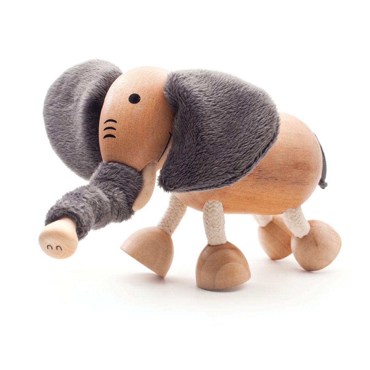 AnaMalz Фигурка деревянная СлоненокEL2010У Слоненка Anamalz большие мягкие серые уши и длинный гибкий хобот, которым он может дотянуться до самого вкусного листочка. Устойчивые деревянные копыта и гнущиеся ноги, позволяют ему вставать на дыбы или даже на одну ногу, если вдруг вы решите устроить цирк у себя дома. Anamalz - это качественные экологичные игрушки родом из Австралии. В 2007 году дизайнер Луиза Козон-Скотт вместе с мужем решили встряхнуть индустрию деревянных игрушек и сделать их более уютными и пластичными. Эти качества и отличают фигурки Anamalz и сегодня. Благодаря гнущимся деталям звери могут оживать, принимая разные позы. Деревянные игрушки дополнены тканевыми элементами, причем ткани используются только натуральные: хлопок, шерсть, шелк. Фигурки производятся из вечнозеленого дерева шима (или игольчатое дерево), выращивается оно на лесных плантациях в Китае.