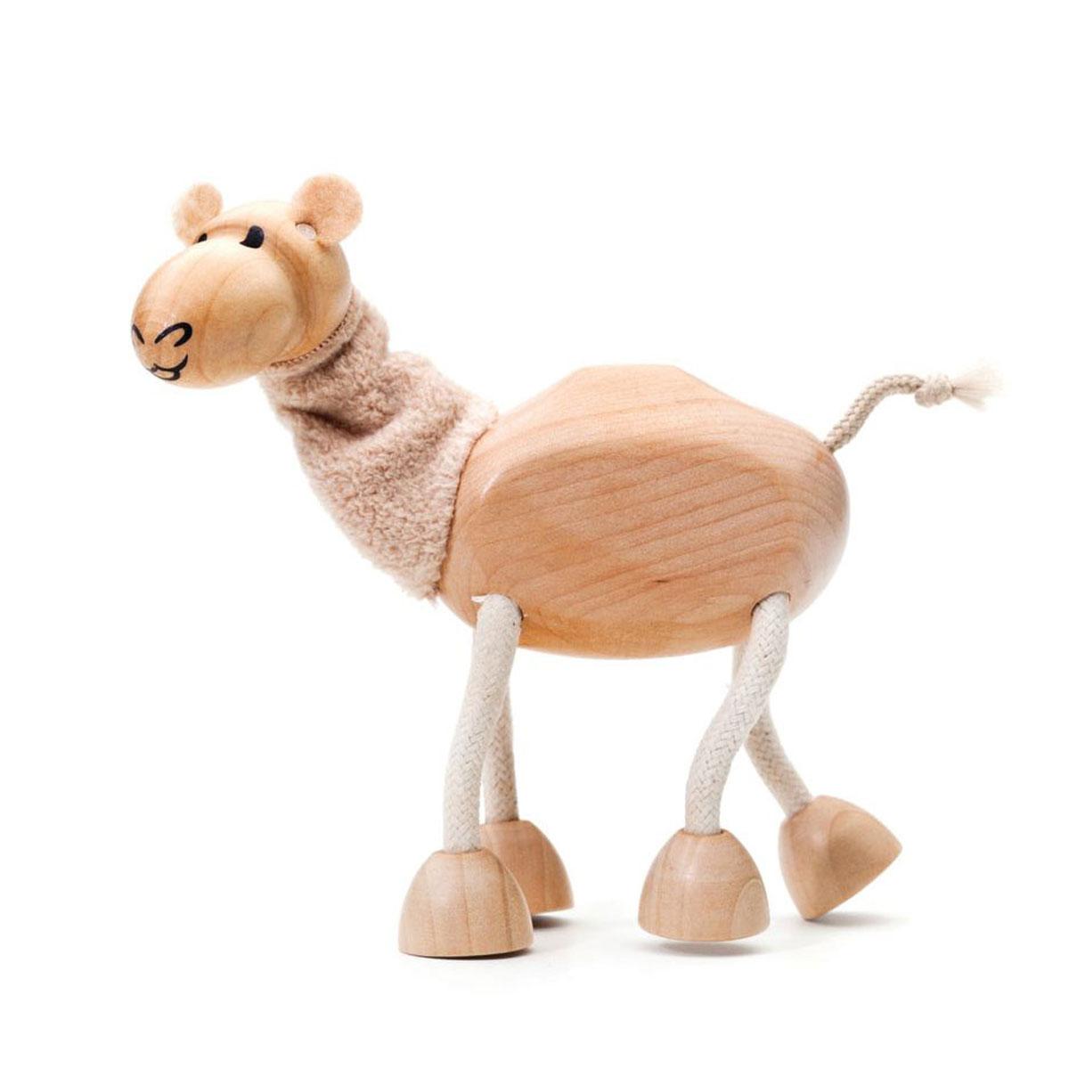 AnaMalz Фигурка деревянная ВерблюдCA2010А вот и житель пустыни Верблюд, большой любитель колючих растений! Верблюд наверняка заинтересует детей, ведь у него длиннющие ноги и мягкая шея, которые можно гнуть в разные стороны. Anamalz - это качественные экологичные игрушки родом из Австралии. В 2007 году дизайнер Луиза Козон-Скотт вместе с мужем решили встряхнуть индустрию деревянных игрушек и сделать их более уютными и пластичными. Эти качества и отличают фигурки Anamalz и сегодня. Благодаря гнущимся деталям звери могут оживать, принимая разные позы. Деревянные игрушки дополнены тканевыми элементами, причем ткани используются только натуральные: хлопок, шерсть, шелк. Фигурки производятся из вечнозеленого дерева шима (или игольчатое дерево), выращивается оно на лесных плантациях в Китае.