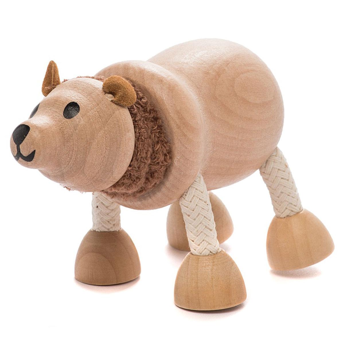 AnaMalz Фигурка деревянная Бурый мишкаBE2010Бурый мишка живет в дремучем лесу, любит мед, малину, и ловит рыбу. Шея у него мягкая, пушистая и может свободно поворачиваться в разные стороны, также как и лапы. Игрушка изготовлена из экологичных материалов: дерева, натуральных тканей и веревки. Фигурка раскрашена вручную безопасными для детей красками. Anamalz - это качественные экологичные игрушки родом из Австралии. В 2007 году дизайнер Луиза Козон-Скотт вместе с мужем решили встряхнуть индустрию деревянных игрушек и сделать их более уютными и пластичными. Эти качества и отличают фигурки Anamalz и сегодня. Благодаря гнущимся деталям звери могут оживать, принимая разные позы. Деревянные игрушки дополнены тканевыми элементами, причем ткани используются только натуральные: хлопок, шерсть, шелк. Фигурки производятся из вечнозеленого дерева шима (или игольчатое дерево), выращивается оно на лесных плантациях в Китае.