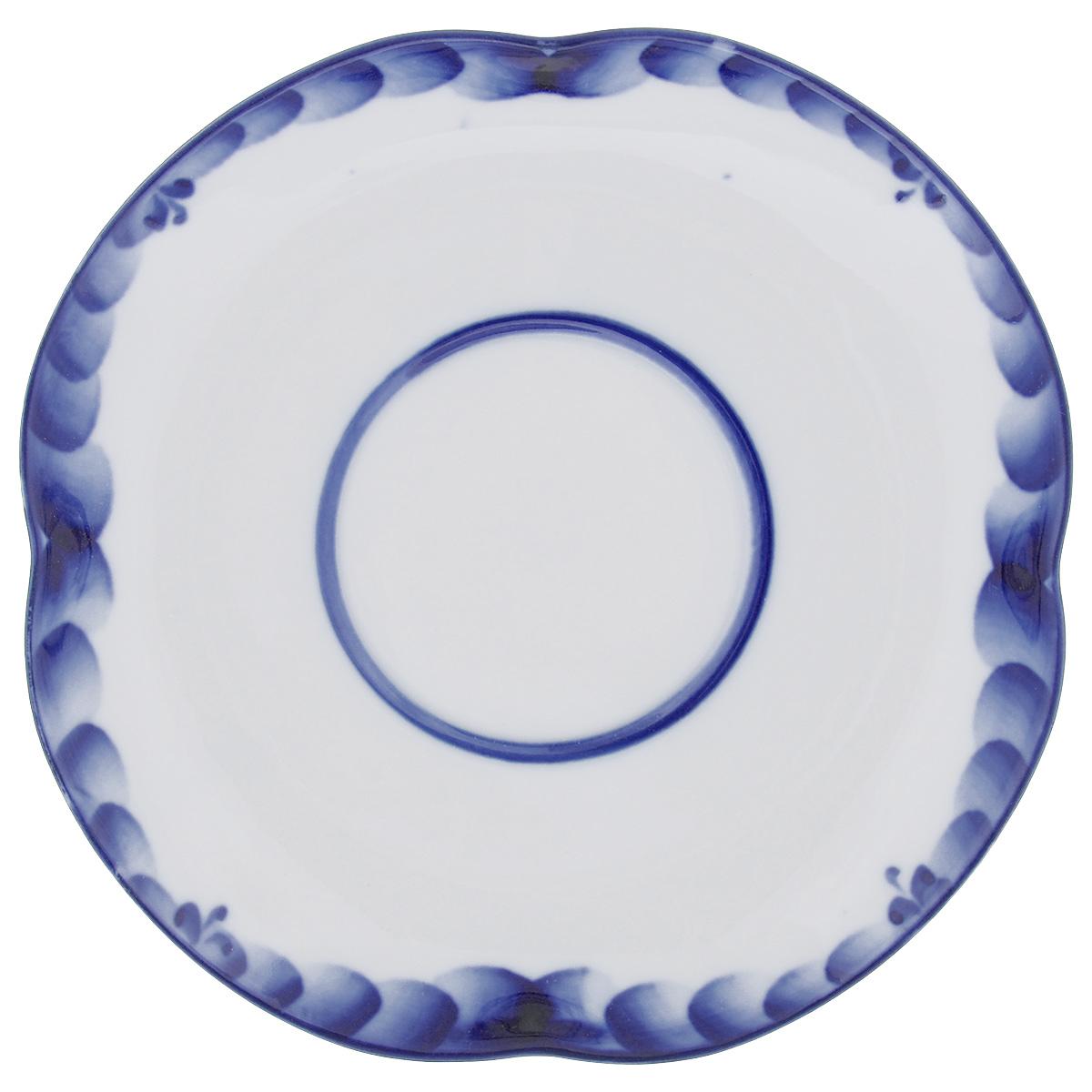 Блюдце Голубая Рапсодия, цвет: белый, синий, 15,5 см х 15,5 см. 993003571993003571Блюдце Голубая Рапсодия, изготовленное из фарфора, доставит истинное удовольствие ценителям прекрасного. Изделие выполнено в стиле гжель и расписано вручную. Яркий дизайн, несомненно, придется вам по вкусу. Блюдце Голубая Рапсодия украсит ваш кухонный стол, а также станет замечательным подарком к любому празднику. Не применять абразивные чистящие средства. Не использовать в микроволновой печи. Мыть с применением нейтральных моющих средств. Не рекомендуется использовать в посудомоечных машинах. Размеры салатника: 15,5 см х 15,5 см х 2 см.