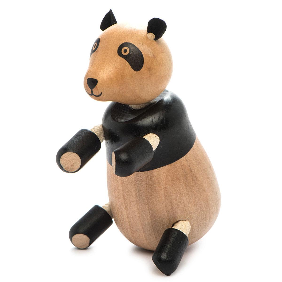 AnaMalz Фигурка деревянная ПандаPA2010Панда самый ленивый медведь на свете. Именно поэтому у него такие коротенькие лапы - много двигаться он и не планирует. Зато своеобразная окраска при нем, и очки, и черные лапы. Игрушка изготовлена из экологичных материалов: дерева, натуральных тканей и веревки. Фигурка раскрашена вручную безопасными для детей красками. Anamalz - это качественные экологичные игрушки родом из Австралии. В 2007 году дизайнер Луиза Козон-Скотт вместе с мужем решили встряхнуть индустрию деревянных игрушек и сделать их более уютными и пластичными. Эти качества и отличают фигурки Anamalz и сегодня. Благодаря гнущимся деталям звери могут оживать, принимая разные позы. Деревянные игрушки дополнены тканевыми элементами, причем ткани используются только натуральные: хлопок, шерсть, шелк. Фигурки производятся из вечнозеленого дерева шима (или игольчатое дерево), выращивается оно на лесных плантациях в Китае.