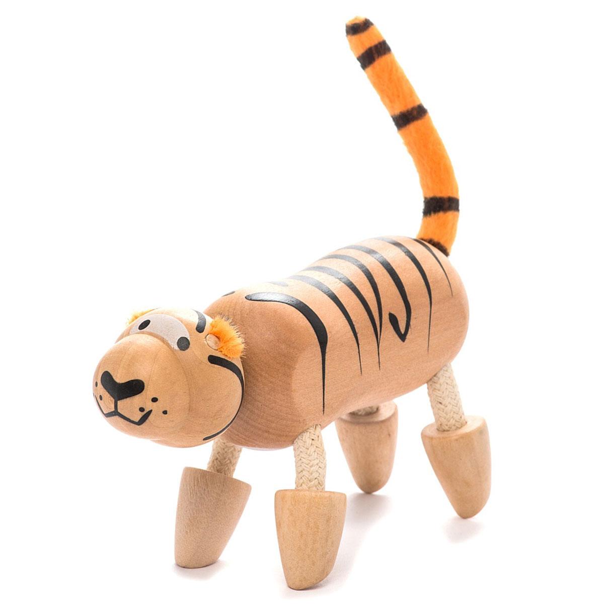 AnaMalz Фигурка деревянная ТигренокTI2010У деревянного тигренка Anamalz длинное тело с черными полосками и пушистый хвостик. Ноги свободно гнутся. Игрушка изготовлена из экологичных материалов: дерева, натуральных тканей и веревки. Фигурка раскрашена вручную безопасными для детей красками. Anamalz - это качественные экологичные игрушки родом из Австралии. В 2007 году дизайнер Луиза Козон-Скотт вместе с мужем решили встряхнуть индустрию деревянных игрушек и сделать их более уютными и пластичными. Эти качества и отличают фигурки Anamalz и сегодня. Благодаря гнущимся деталям звери могут оживать, принимая разные позы. Деревянные игрушки дополнены тканевыми элементами, причем ткани используются только натуральные: хлопок, шерсть, шелк. Фигурки производятся из вечнозеленого дерева шима (или игольчатое дерево), выращивается оно на лесных плантациях в Китае.