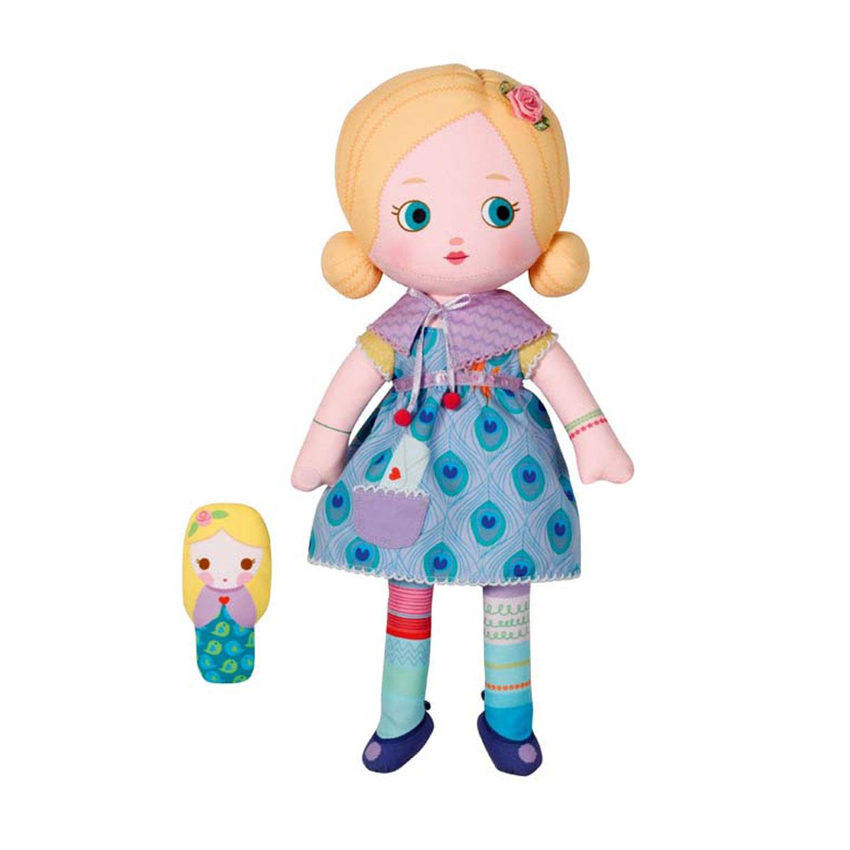 Mooshka Кукла Dasha940-266Очаровательная мягкая кукла Кукла Mooshka Dasha непременно станет любимой игрушкой вашей малышки. Кукла выполнена из приятного на ощупь текстиля и не имеет твердых элементов, что делает игру с ней безопасной даже для самых маленьких малышей. Куколка одета в платье с пышной юбкой, украшенное оригинальным принтом. На ручках куклы расположены липучки, чтобы крепко держаться за руки с другими куколками. Также в комплект входит небольшая пальчиковая куколка, которая разнообразит игры малышки и позволит ей проявить свою фантазию, разыгрывая веселые представления. Dasha - прирожденная актриса. Ей очень нравится придумывать представления со своими друзьями. Трогательная мягкая куколка принесет радость и подарит своей обладательнице мгновения нежных объятий и приятных воспоминаний. Благодаря играм с куклой ваша малышка сможет развить воображение и любознательность, овладеть навыками общения и научиться ответственности.