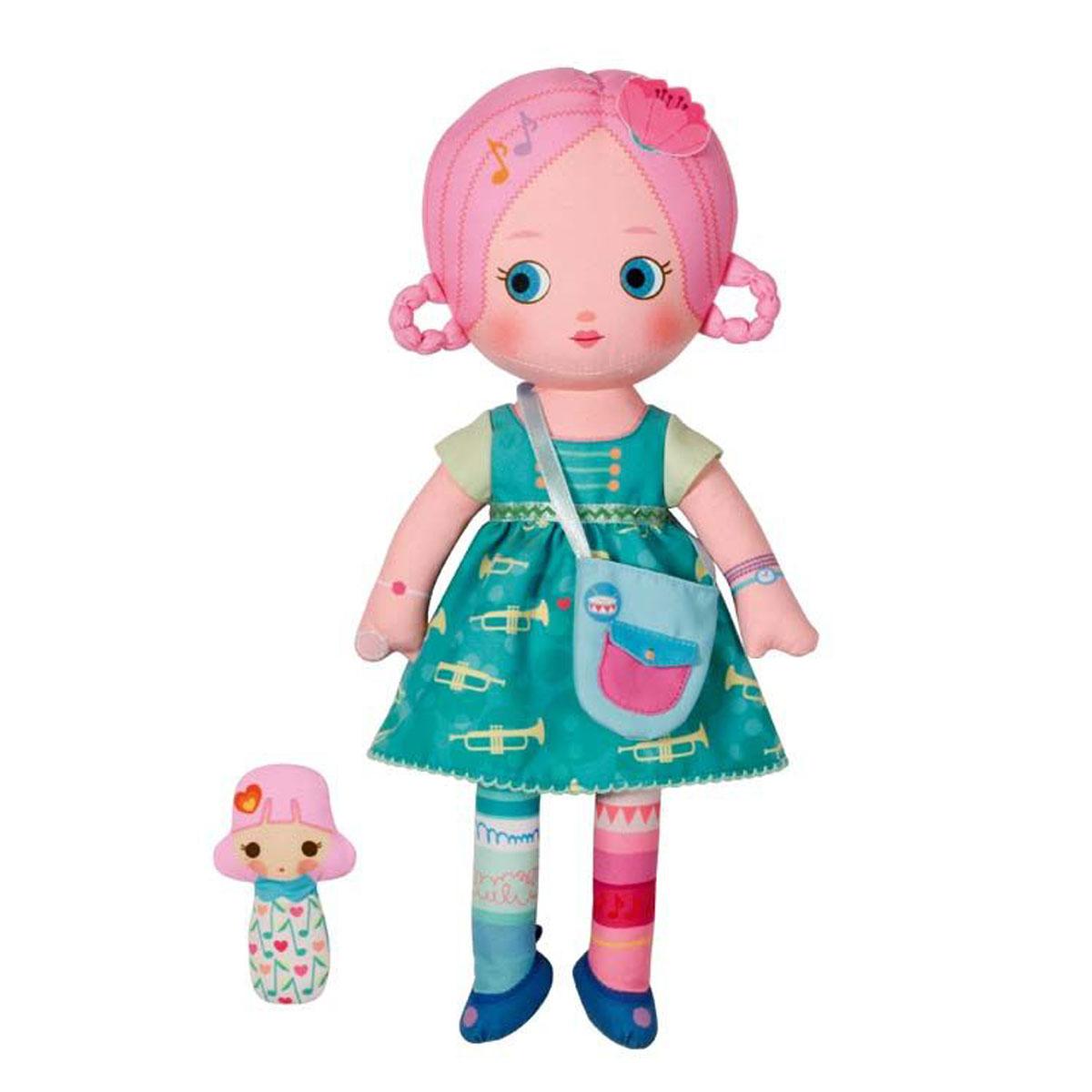 Mooshka Кукла Nessa940-266_NESSAОчаровательная мягкая кукла Кукла Mooshka Nessa непременно станет любимой игрушкой вашей малышки. Кукла выполнена из приятного на ощупь текстиля и не имеет твердых элементов, что делает игру с ней безопасной даже для самых маленьких малышей. Куколка одета в зеленое платье с пышной юбкой, украшенное оригинальным принтом. На ручках куклы расположены липучки, чтобы крепко держаться за руки с другими куколками. Также в комплект входит небольшая пальчиковая куколка, которая разнообразит игры малышки и позволит ей проявить свою фантазию, разыгрывая веселые представления. Трогательная мягкая куколка принесет радость и подарит своей обладательнице мгновения нежных объятий и приятных воспоминаний. Благодаря играм с куклой, ваша малышка сможет развить воображение и любознательность, овладеть навыками общения и научиться ответственности.