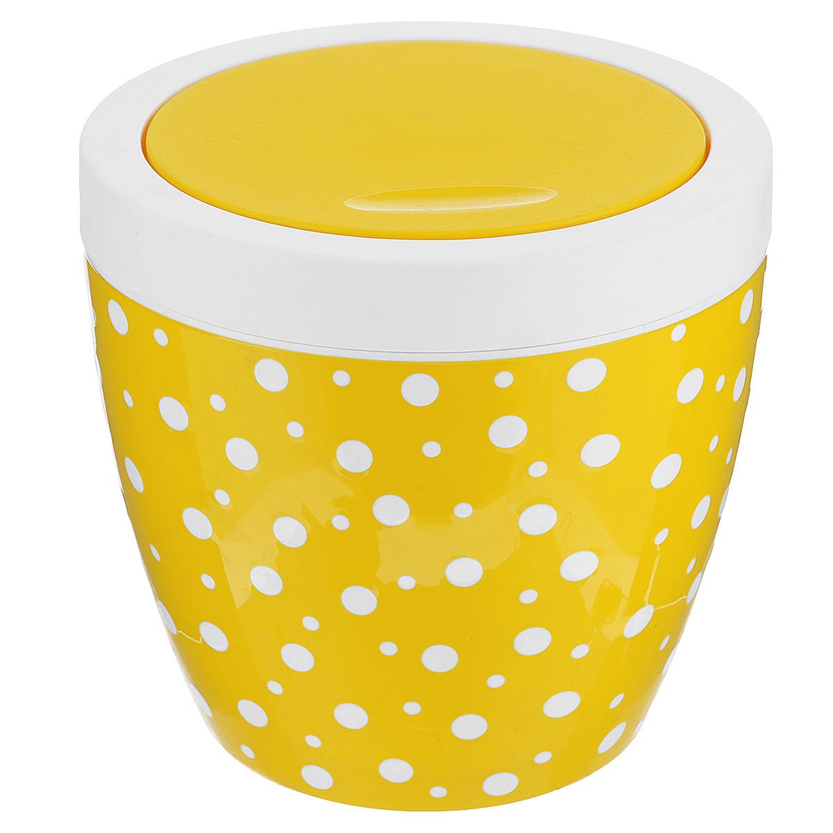 Контейнер для мусора Альтернатива Горошек, цвет: желтый, белый, 7 лМ4494Контейнер для мусора Альтернатива Горошек изготовлен из прочного пластика. Внешние стенки оформлены принтом в горошек. Контейнер снабжен удобной поворачивающейся крышкой, прекрасно подходит для мусора. Такое изделие пригодится и дома, и в офисе. Стильный дизайн сделает его прекрасным украшением интерьера.