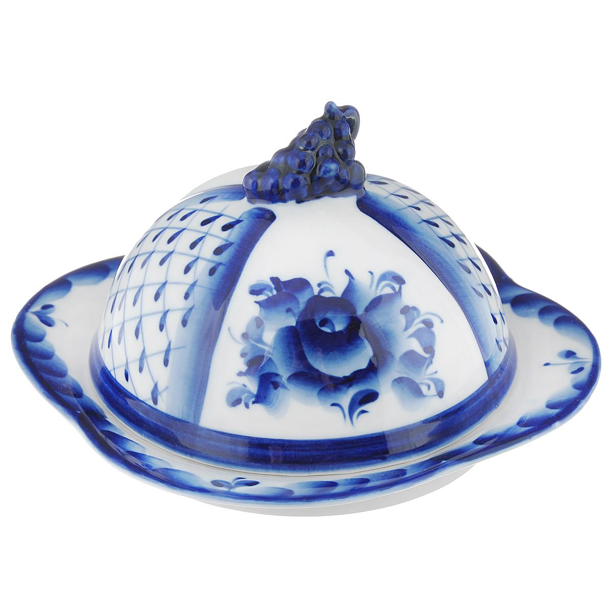 Масленка Голубая рапсодия, цвет: белый, синий993003531Масленка Голубая рапсодия выполнена из высококачественной керамики в виде подноса с крышкой и оформлена легкой росписью кобальтом, которая сочетает простые линии и орнаменты с красивыми цветочными узорами. Крышка масленки изготовлена в виде грозди винограда. Изделие предназначено для красивой сервировки и хранения масла. Обращаем ваше внимание, что роспись на изделие сделана вручную. Рисунок может немного отличаться от изображения на фотографии. Размер подноса: 15,5 см х 15,5 см х 2,5 см. Высота крышки масленки: 10 см.