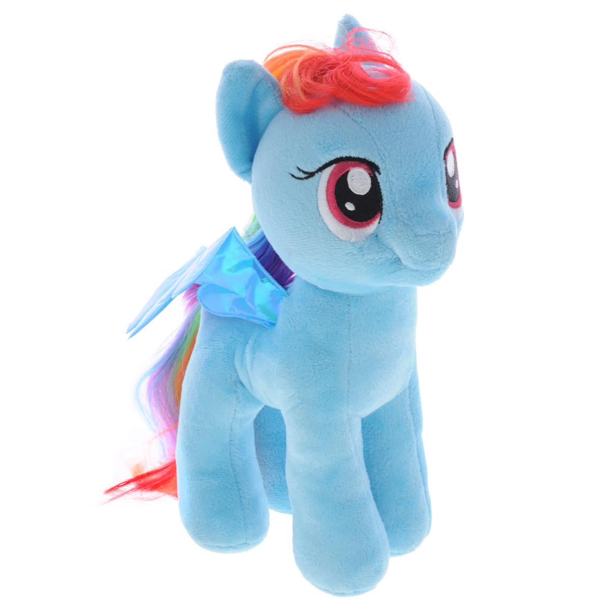 My Little Pony Мягкая игрушка Rainbow Dash, 28 см90205Рэинбоу Дэш - это голубая пони с гривой и хвостом, окрашенными в радужные цвета. Грива и хвост распущенные, но не прямые, а взъерошенные. Глаза Радуги малинового цвета. Хобби Рэйнбоу - это, естественно, полеты и ее работа - очищение неба и устройство погоды в Понивилле. Рэинбоу Дэш - очень смелая, целеустремленная пони, она не любит проигрывать, обожает победы, скорость и полеты, любит опасности и приключения, иногда может запугать своих друзей-пони. В ней кипит настоящий адреналин, она готова сразиться с любым врагом, и она мало чего боится. Чудесная малышка станет любимой игрушкой вашего малыша!