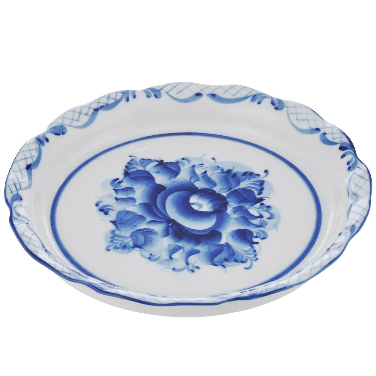 Сухарница Идиллия, цвет: белый, синий, 19 см х 19 см х 3 см993051902Сухарница Идиллия выполнена из высококачественной керамики и украшена легкой росписью кобальтом, которая сочетает простые линии и орнаменты с красивыми цветочными узорами. Сухарница  Идиллия  доставит истинное удовольствие ценителям прекрасного. Яркий дизайн, несомненно, придется вам по вкусу. Гжель - один из традиционных российских центров производства керамики и известный народный художественный промысел России. Производят изделия в Московской области, в обширном районе из 27 деревень, называемых Гжельский куст. Профессиональные мастера сохраняют традиции росписи и создают истинные шедевры. Ей характерна изящная роспись в синих тонах на белом фоне. Традиционными считаются изображения птиц, цветов и узоров. Уважаемые клиенты! Обращаем ваше внимание, что роспись на изделие сделана вручную. Рисунок может немного отличаться от изображения на фотографии.