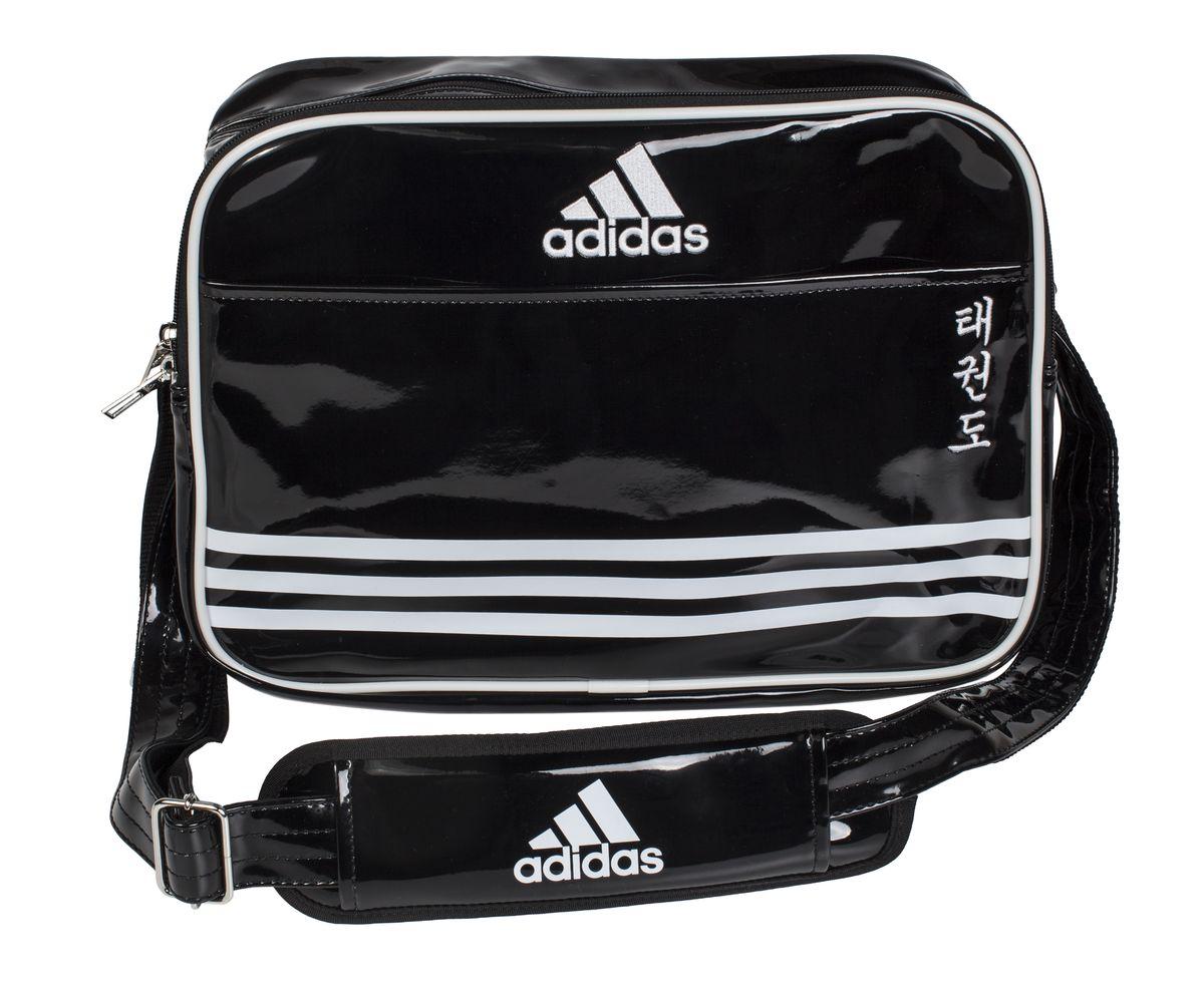 Сумка спортивная Adidas Sports Carry Bag Taekwondo, цвет: черный, белый. Размер SadiACC110CS2S-TСпортивная сумка Adidas Sports Carry Bag Taekwondo изготовлена из искусственной кожи. На передней стороне сумки вышиты иероглифы Taekwondo. Она предназначена для переноски и хранения спортивного инвентаря и других нужных для занятия спортом предметов. Сумка состоит из 1 большого отделения и 2 внешних карманов. Имеет удобный плечевой ремень.