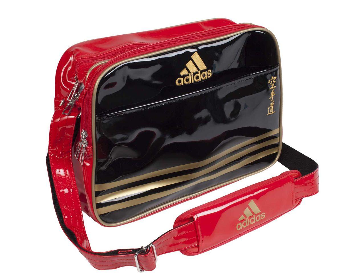 Сумка спортивная Adidas Sports Carry Bag Karate, цвет: черный, красный, золотой. Размер SadiACC110CS2S-KСпортивная сумка Adidas Sports Carry Bag Karate изготовлена из искусственной кожи. На передней стороне сумки вышиты иероглифы Karate. Она предназначена для переноски и хранения спортивного инвентаря и других нужных для занятия спортом предметов. Сумка состоит из 1 большого отделения и 2 внешних карманов. Имеет удобный плечевой ремень.