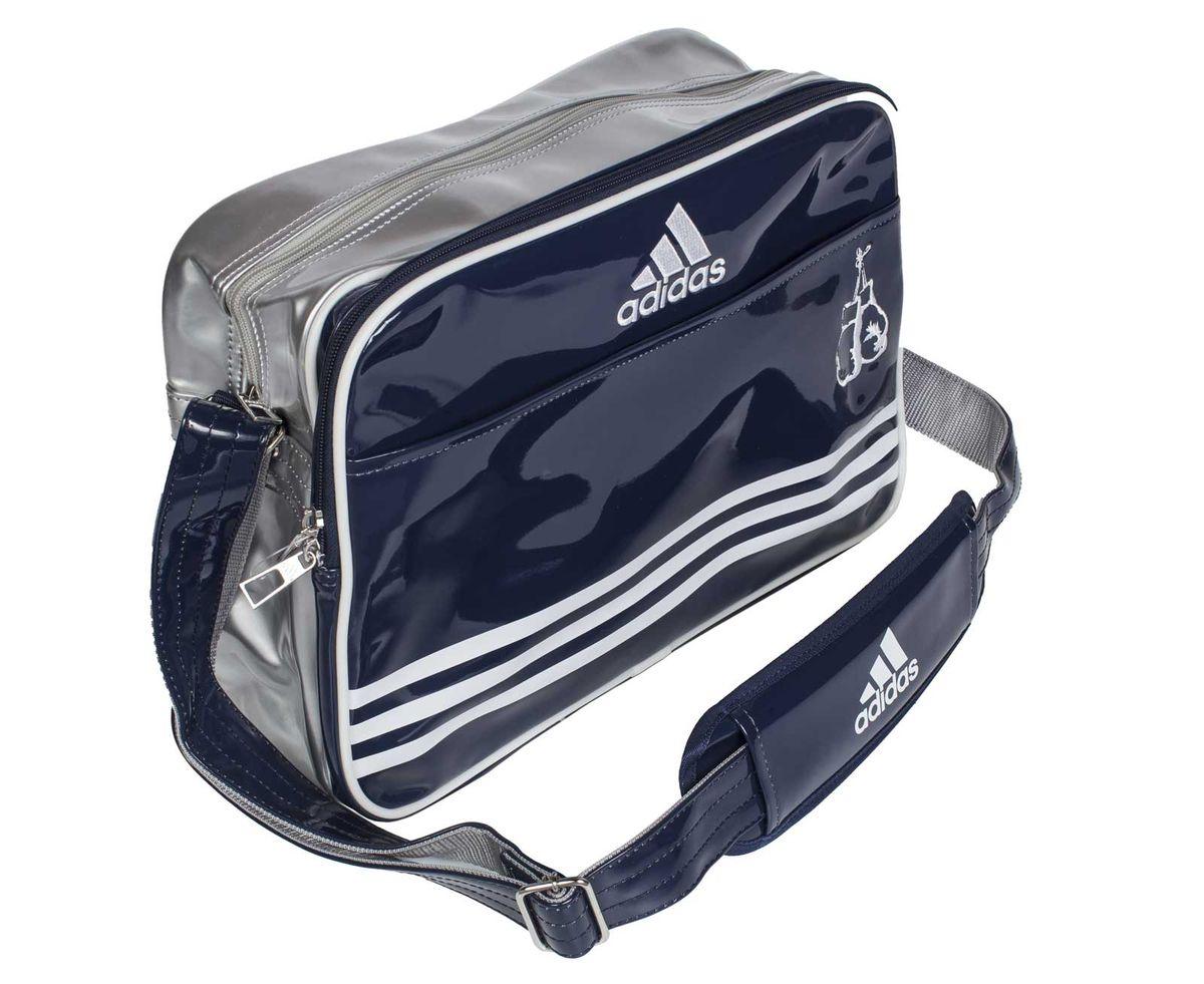 Сумка спортивная Adidas Sports Carry Bag Boxing, цвет: синий, серебристый, белый. Размер SadiACC110CS2S-BСпортивная сумка Adidas Sports Carry Bag Boxing изготовлена из искусственной кожи. Лицевая сторона сумки оформлена принтом в виде боксерских перчаток. Она предназначена для переноски и хранения спортивного инвентаря и других нужных для занятия спортом предметов. Сумка состоит из 1 большого отделения и 2 внешних карманов. Имеет удобный плечевой ремень.