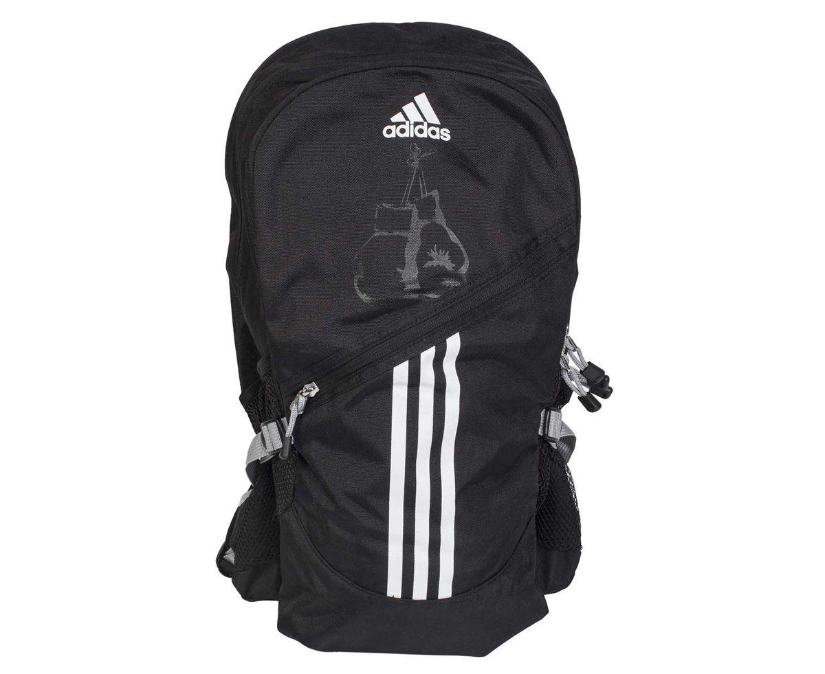 Рюкзак спортивный Adidas Backpack Boxing, цвет: черный, белыйadiACC098-BРюкзак Adidas Backpack Boxing отличается не только стильным и оригинальным дизайном, но и функциональностью. Он выполнен из высококачественного полиэстера, чем и объясняется его долговечность. Рюкзак имеет одно объемное основное отделение и отделение меньшего объема на застежке-молнии с двумя бегунками. Спереди имеется небольшой карман на застежке-молнии и два боковых сетчатых кармана. Лицевую часть рюкзака украшает принт логотипа Adidas и боксерских перчаток.