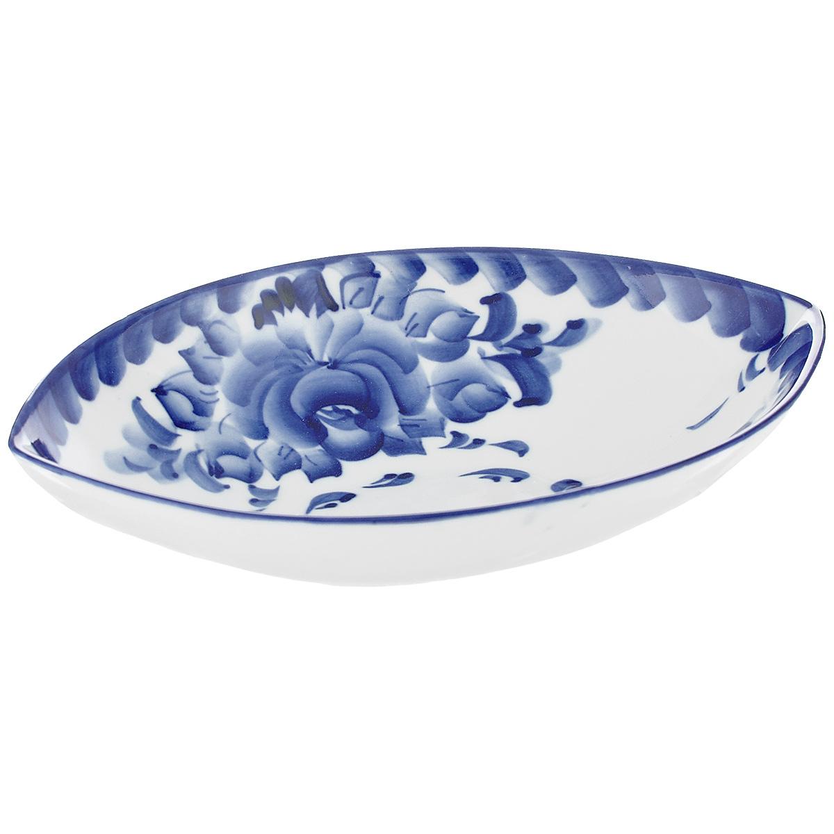 Салатник Лодочка, цвет: белый, синий, 20,5 см х 15 см х 4,5 см993041232Салатник выполнен из высококачественной керамики в виде лодочки и украшен гжельской росписью. Изделие доставит истинное удовольствие ценителям прекрасного. Яркий дизайн, несомненно придется вам по вкусу. Салатник Лодочка украсит ваш кухонный стол, а также станет замечательным подарком к любому празднику. Обращаем ваше внимание, что роспись на изделие сделана вручную. Рисунок может немного отличаться от изображения на фотографии. Размер салатника: 20,5 см х 15 см х 4,5 см.