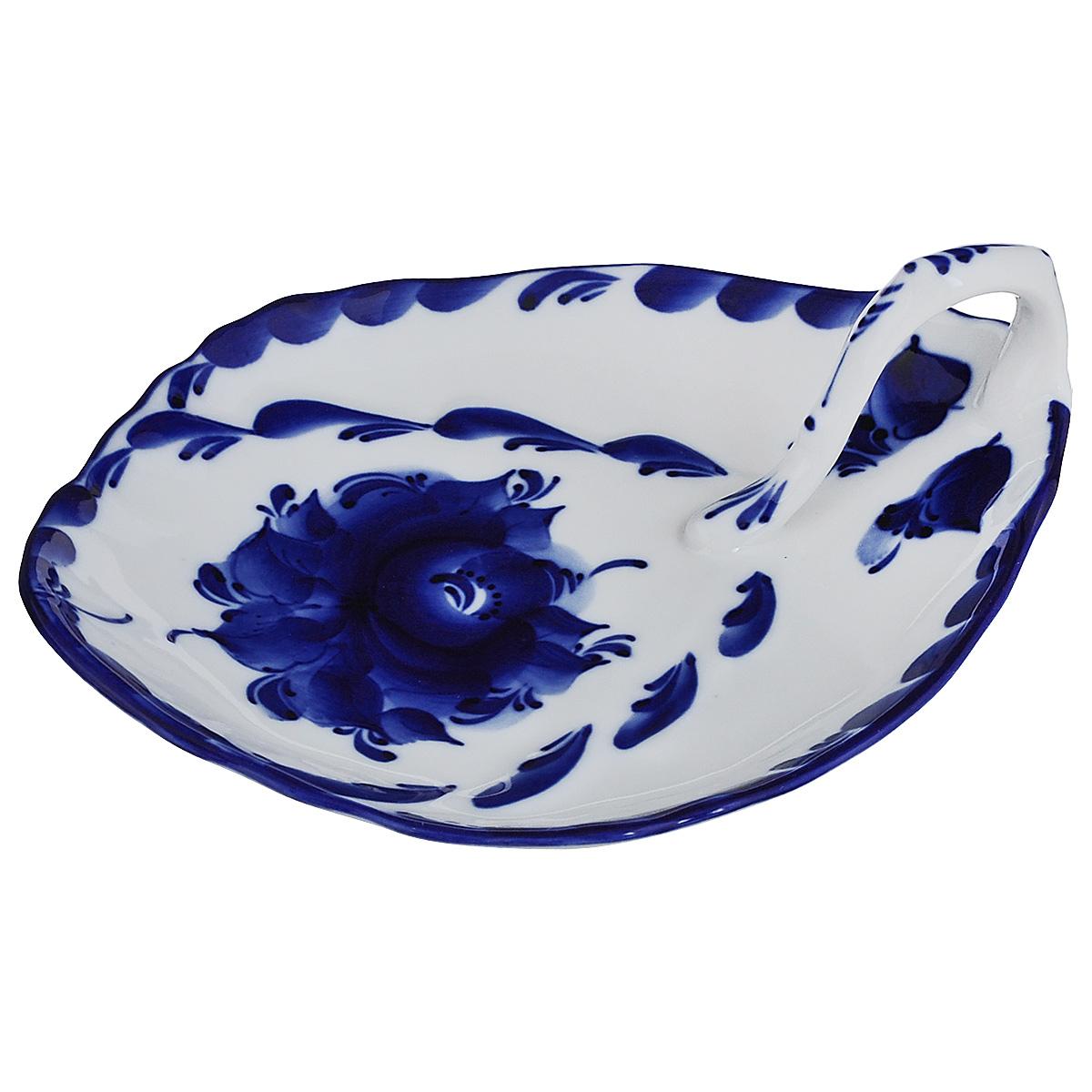 Салатник Лепесток, цвет: белый, синий, 16 см х 20 см х 7 см993061401Салатник выполнен из высококачественной керамики и оснащен изящной ручкой для удобства. Изделие украшено гжельской росписью. Яркий дизайн доставит истинное удовольствие ценителям прекрасного. Салатник Лепесток украсит ваш кухонный стол, а также станет замечательным подарком к любому празднику. Обращаем ваше внимание, что роспись на изделие сделана вручную. Рисунок может немного отличаться от изображения на фотографии. Размер салатника с учетом ручки: 16 см х 20 см. Высота салатника с учетом ручки: 7 см.