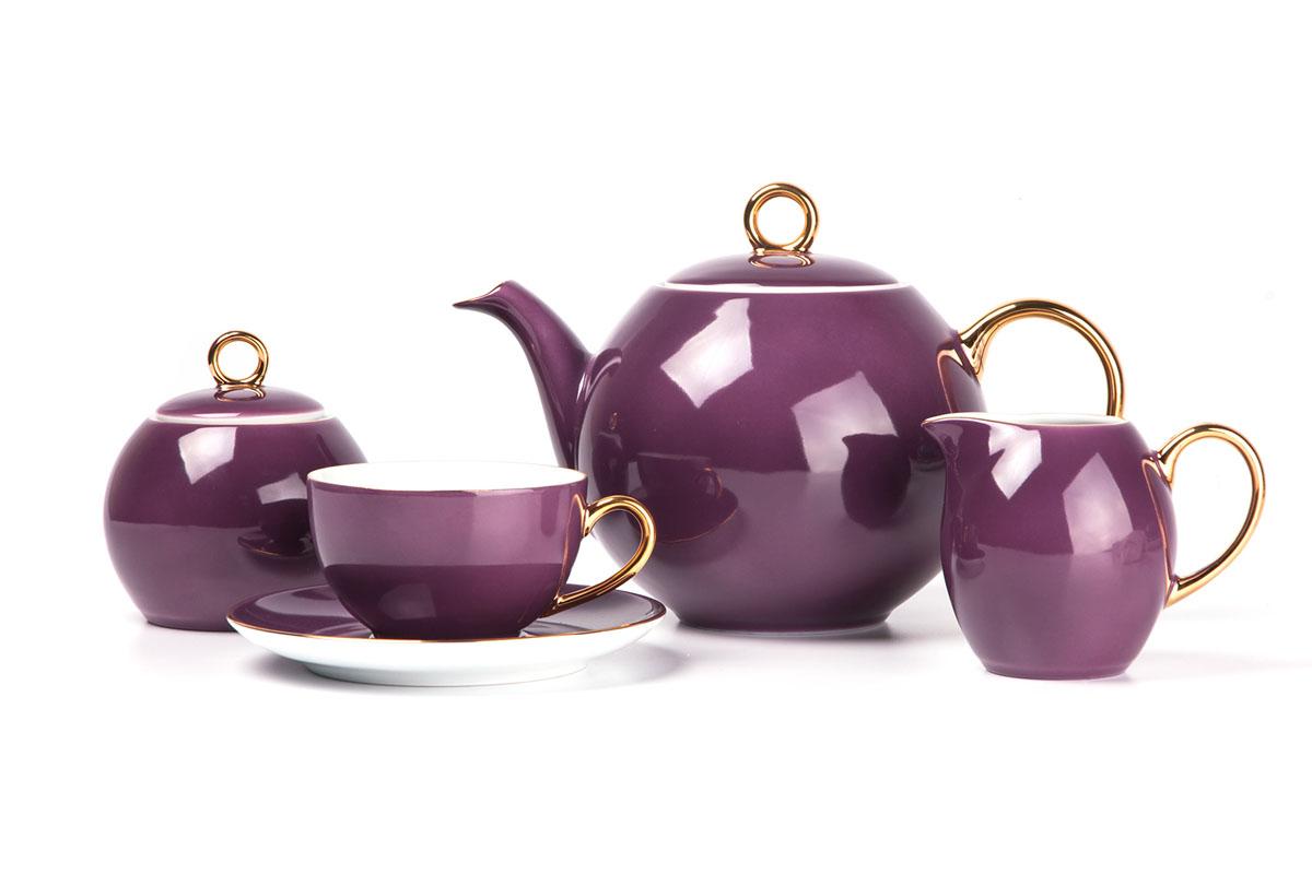 Monalisa 3124 чайный сервиз 15 пр, цвет: фиолетовый с золотом559511 3124Чайник 1 л, сахарница 230мл, молочник 230мл, чайная пара 210 мл *6 штук . Фарфор фабрики Tunisie Porcelaine, производится в Тунисе из знаменитой своим качеством и белизной глины, добываемой во французской провинции Лимож.Преимущества этого фарфора заключаются в устойчивости к сколам и трещинам, что возможно благодаря двойному термическому обжигу. Европейский дизайн, декор и формы обеспечиваются за счет тесного сотрудничества фабрики с ведущими мировыми дизайн-бюро такими как: Nelly Reynal, Yves De la Rosiere, Sarah Anderson, Heracles.