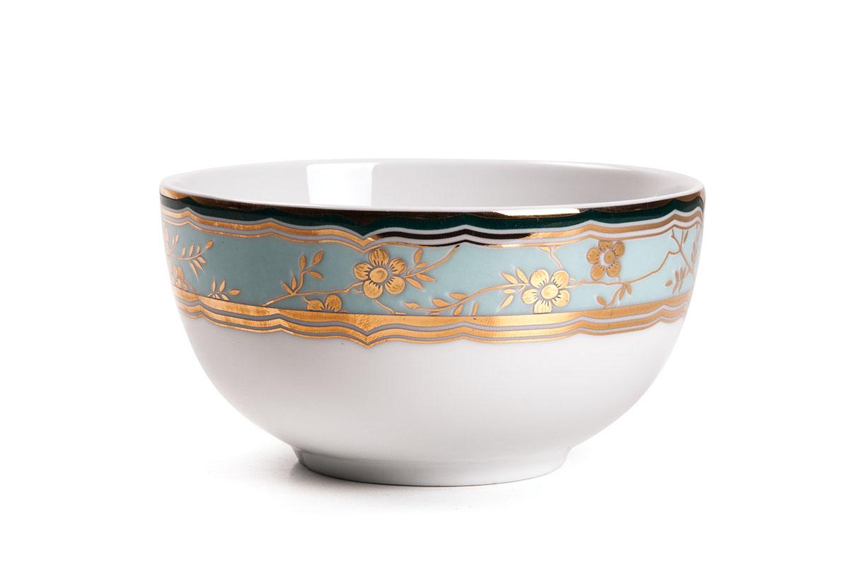 Салатник La Rose Des Sables Zen, диаметр 11 см613911 2130Салатник La Rose Des Sables Zen - прекрасное дополнение праздничного стола. Изделие выполнено из высококачественного фарфора и украшено золотистой эмалью с изысканным цветочным орнаментом. Фарфор марки La Rose Des Sables изготавливается из уникальной белой глины, которая добывается во Франции, в знаменитой провинции Лимож. Особые свойства этой глины, открытые еще в 18 веке, позволяют создать удивительно тонкую, легкую и при этом прочную посуду. Лиможский фарфор известен по всему миру. Это символ утонченности, аристократизма и знак высокого вкуса. Продукция импортируется в европейские страны и производится под брендом La Rose des Sables, что в переводе означает Роза песков. Преимущества этого фарфора заключаются в устойчивости к сколам и трещинам, что возможно благодаря двойному термическому обжигу. Посуда имеет маркировку Pate de Limoges, подтверждающую, что сырье для ее изготовления добыто именно в провинции Лимож, а качество соответствует европейским...