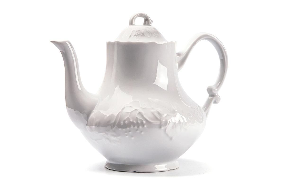 Чайник заварочный La Rose des Sables Vendanges, 1 л693110Заварочный чайник La Rose des Sables Vendanges выполнен из высококачественного тунисского фарфора, изготовленного из уникальной белой глины. На всех изделиях La Rose des Sables можно увидеть маркировку Pate de Limoges. Это означает, что сырье для изготовления фарфора добывают во французской провинции Лимож, и качество соответствует высоким европейским стандартам. Все производство расположено в Тунисе. Особые свойства этой глины, открытые еще в 18 веке, позволяют создать удивительно тонкую, легкую и при этом прочную посуду. Благодаря двойному термическому обжигу фарфор обладает высокой ударопрочностью, стойкостью к сколам и трещинам, жаропрочностью и великолепным блеском глазури. Коллекция Vendanges - это изысканная классика, дополненная нежным рельефом в виде гроздей винограда. Эта белая фарфоровая посуда станет настоящим украшением вашего стола. Прекрасный вариант как для праздничной, так и для повседневной сервировки стола. Можно использовать в СВЧ печи и...