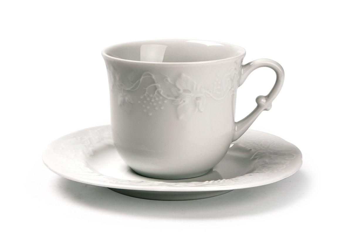 Чайная пара La Rose Des Sables Vendanges, цвет: белый, 2 предмета693520Чайная пара La Rose Des Sables Vendanges состоит из чашки и блюдца. Изделия выполнены из высококачественного фарфора и украшены изысканным рельефом. Фарфор марки La Rose Des Sables изготавливается из уникальной белой глины, которая добывается во Франции, в знаменитой провинции Лимож. Особые свойства этой глины, открытые еще в 18 веке, позволяют создать удивительно тонкую, легкую и при этом прочную посуду. Лиможский фарфор известен по всему миру. Это символ утонченности, аристократизма и знак высокого вкуса. Продукция импортируется в европейские страны и производится под брендом La Rose des Sables, что в переводе означает Роза песков. Преимущества этого фарфора заключаются в устойчивости к сколам и трещинам, что возможно благодаря двойному термическому обжигу. Посуда имеет маркировку Pate de Limoges, подтверждающую, что сырье для ее изготовления добыто именно в провинции Лимож, а качество соответствует европейским стандартам. Производство расположено в...